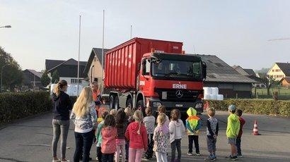 ERNE sorgt für grosse Augen beim LKW- Aufklärungstag