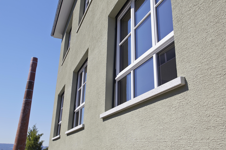 Fokus auf Sprossenholzfenster mit 9 Glasflächen von aussen