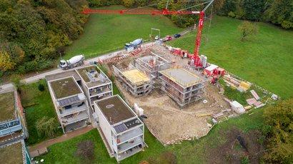 Maurer Lernende bauen drei Einfamilienhäuser in Laufenburg