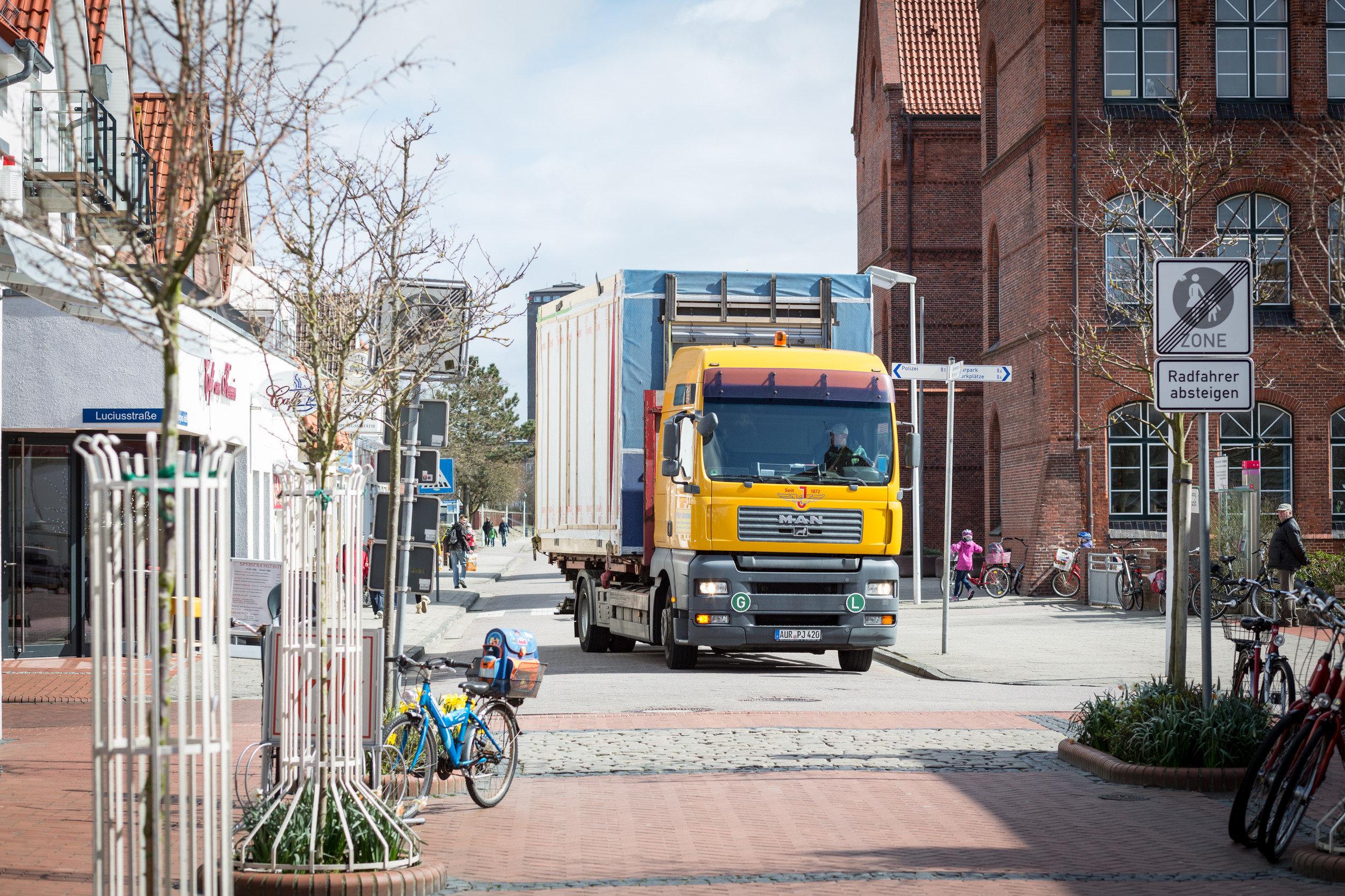 Anfahrt LKW mit Element in Holz-Modul