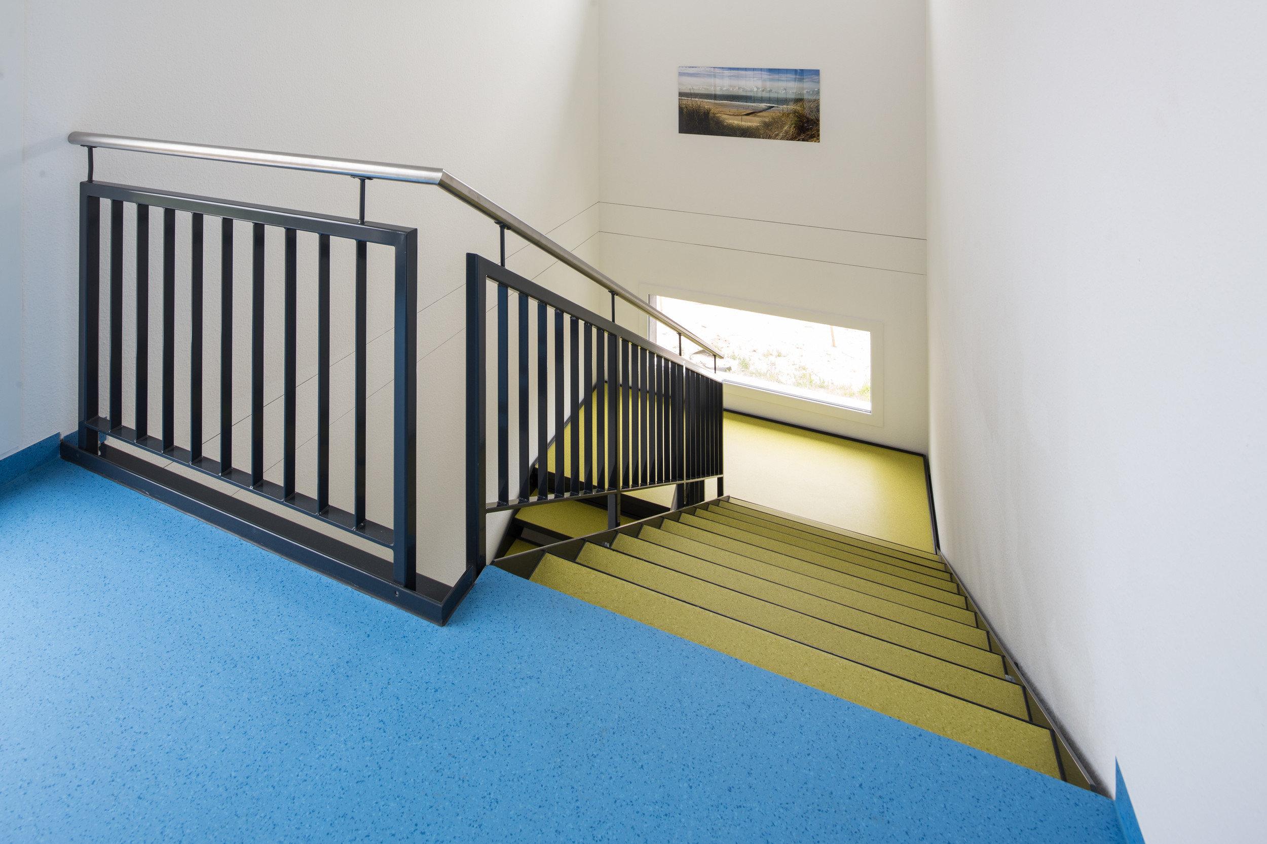 Treppenhaus innen in modernem und hellem Design