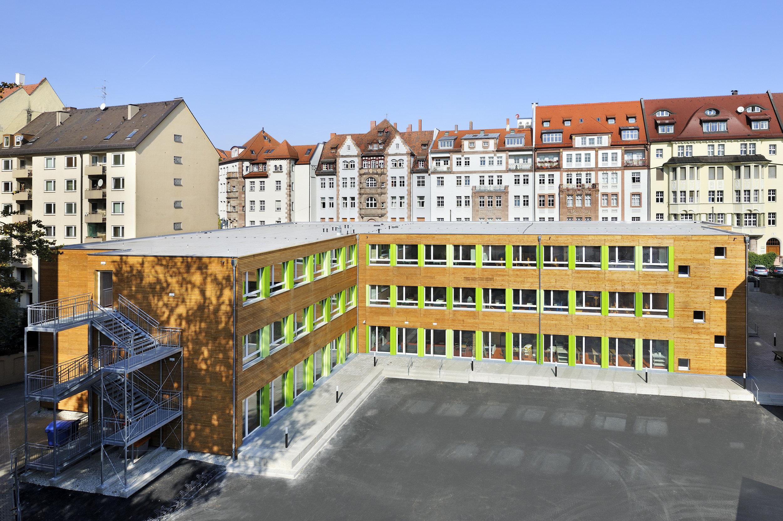 3-geschossiges Schulgebäude in Holz-Modulbauweise in L-Form