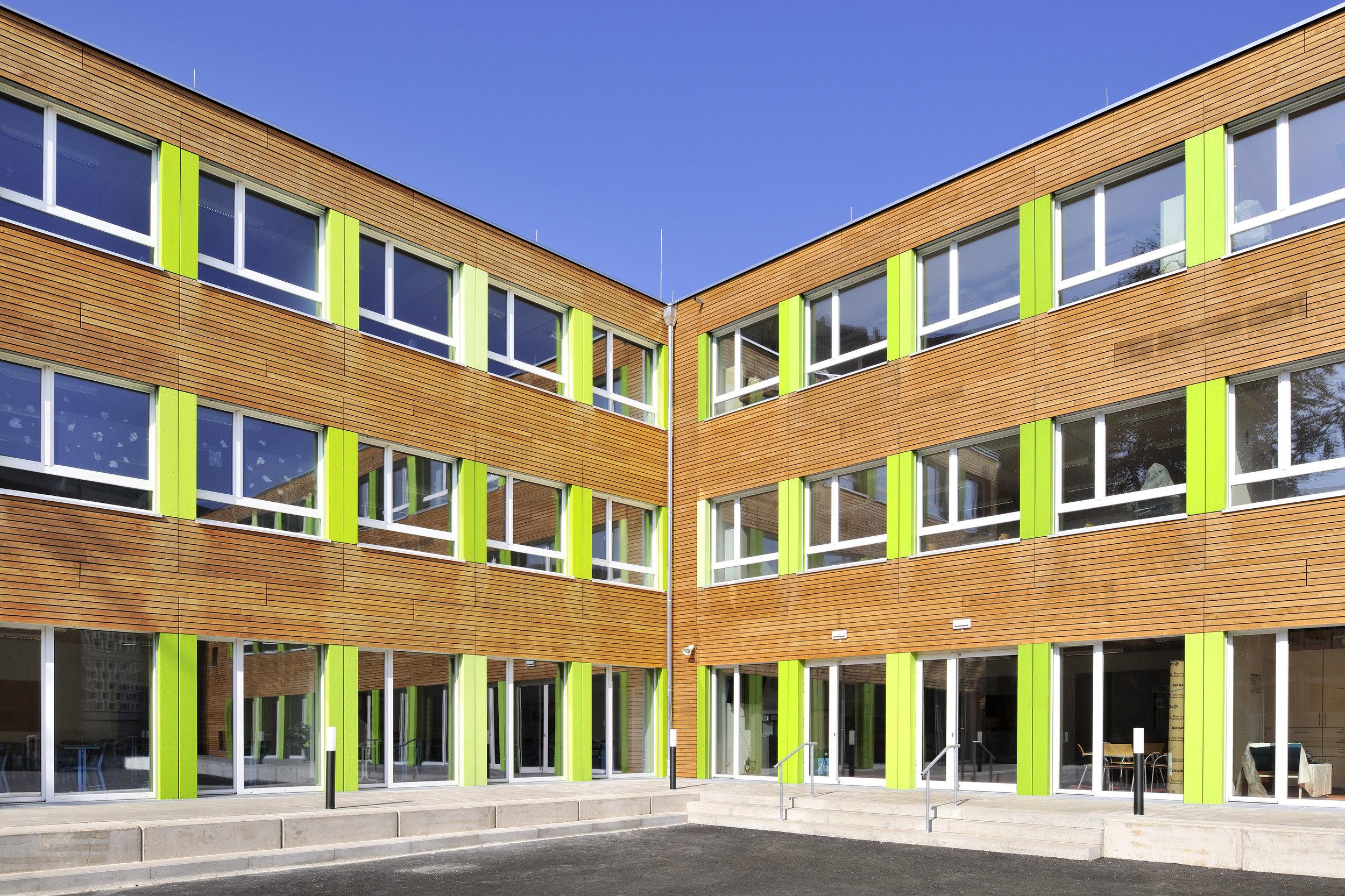 3-geschossiges Schulgebäude mit gleichmässiger Fensteranordnung