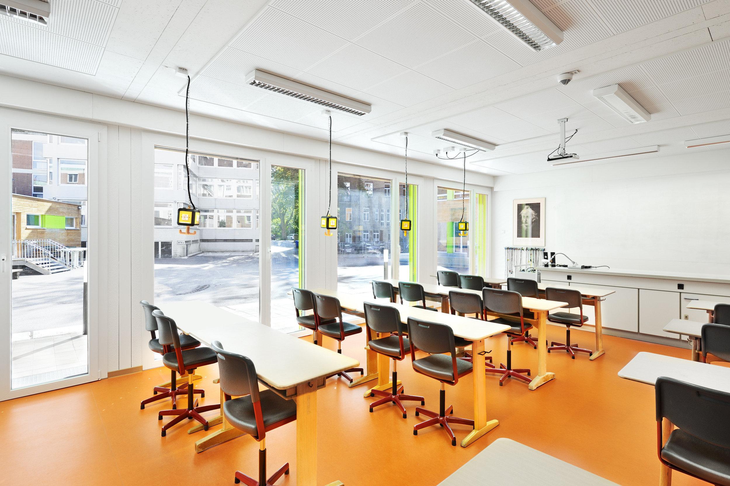 Lichtdurchflutetes Klassenzimmer mit grossen Fensterelementen