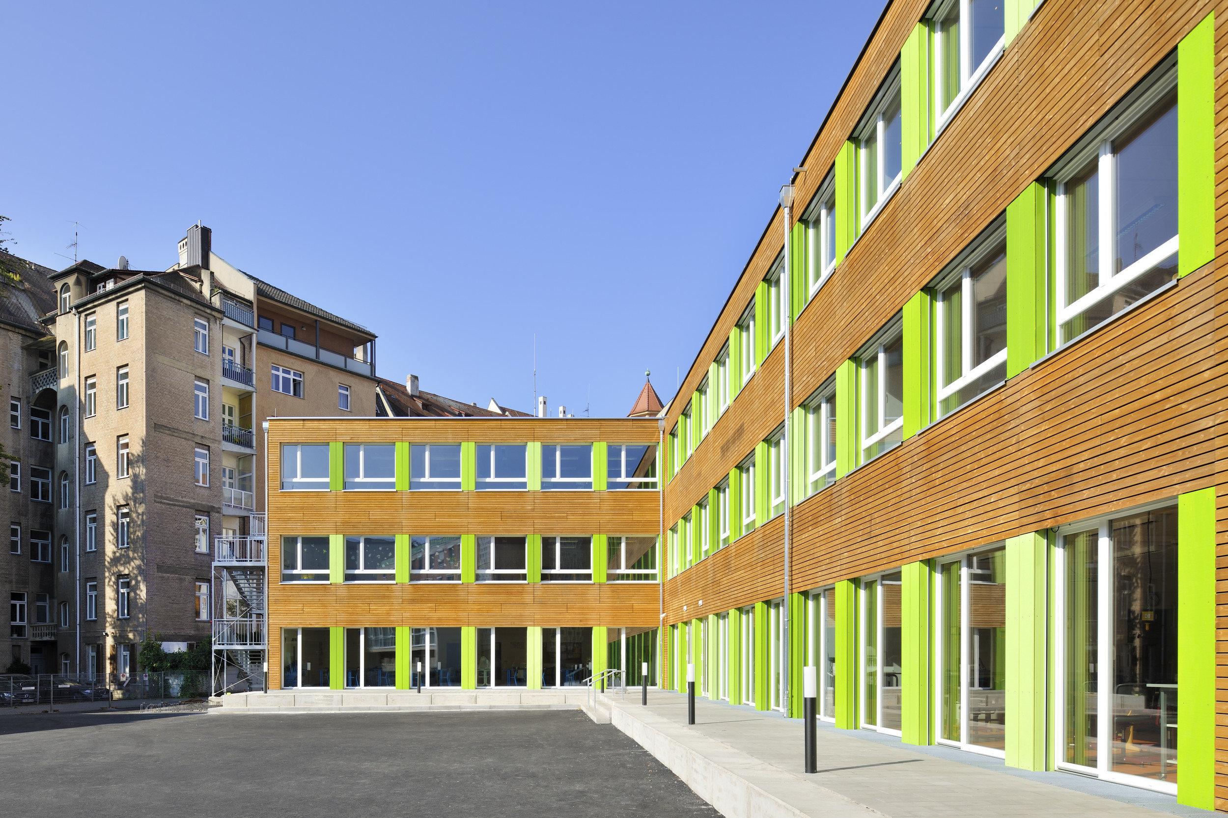 3-geschossiges Schulgebäude Einflügelsprossenfenster mit Unterlicht