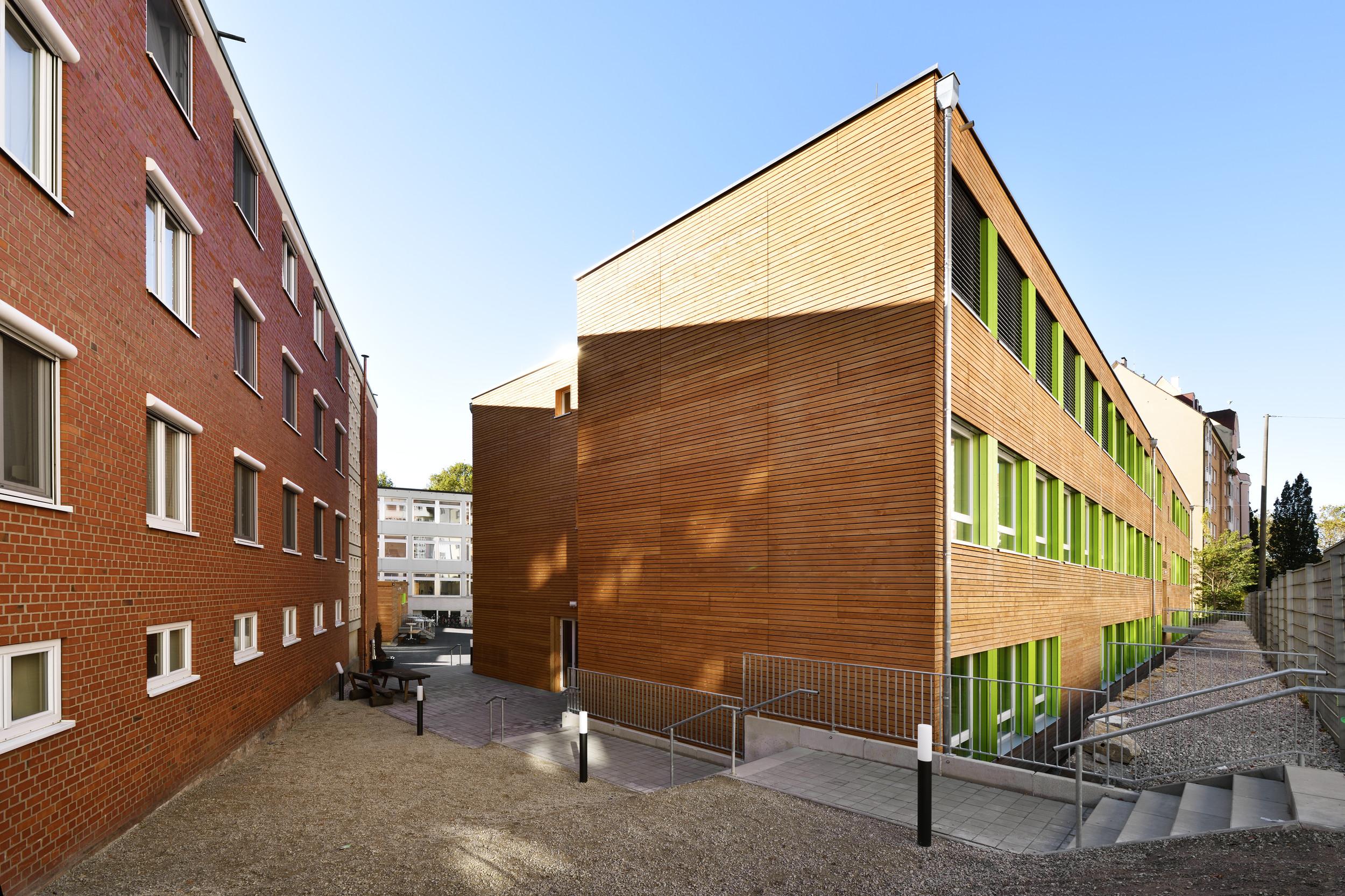 3-geschossiges Schulgebäude mit Holzfassade