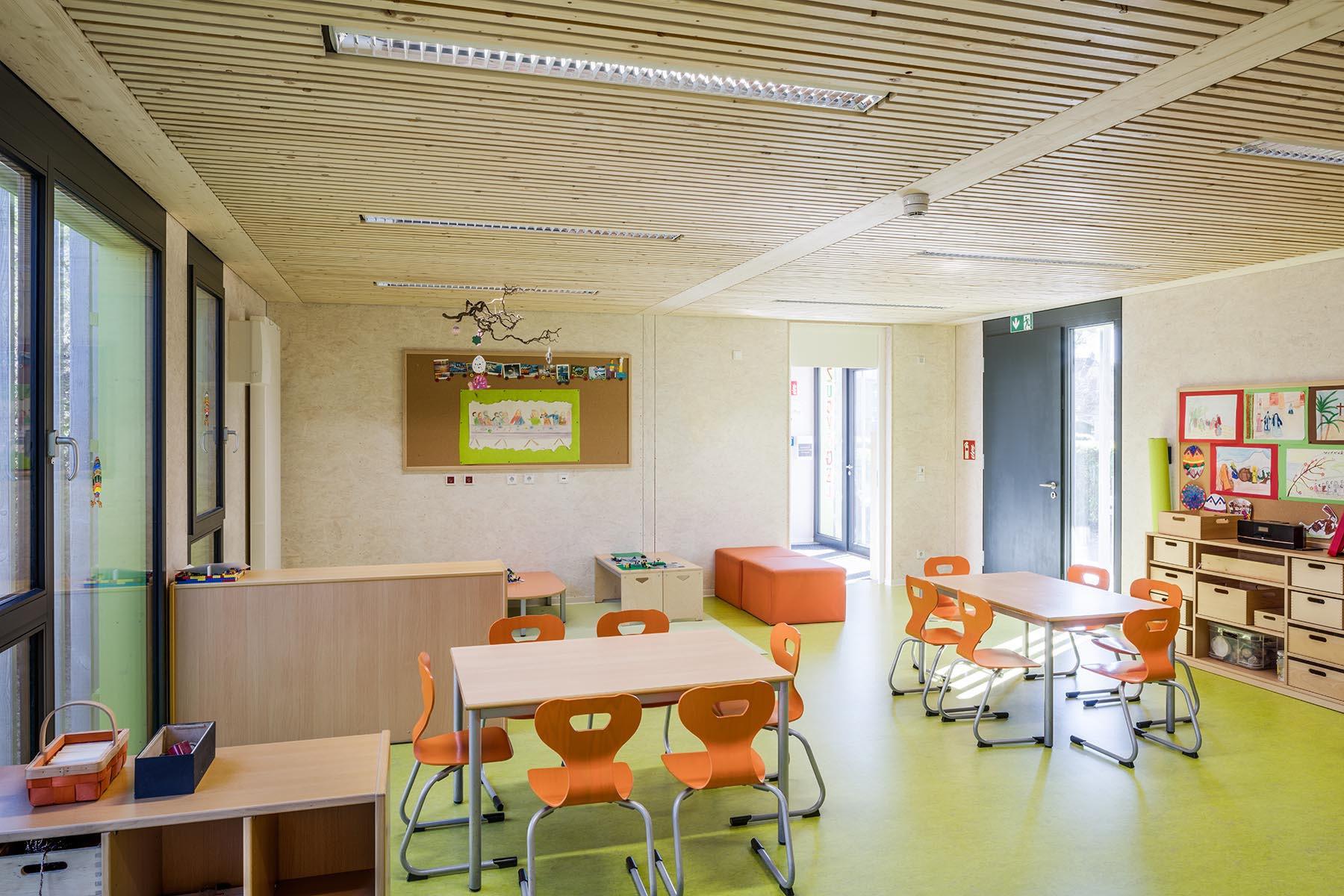 Ausgestattetes Klassenzimmer in hellem und schlichtem Stil