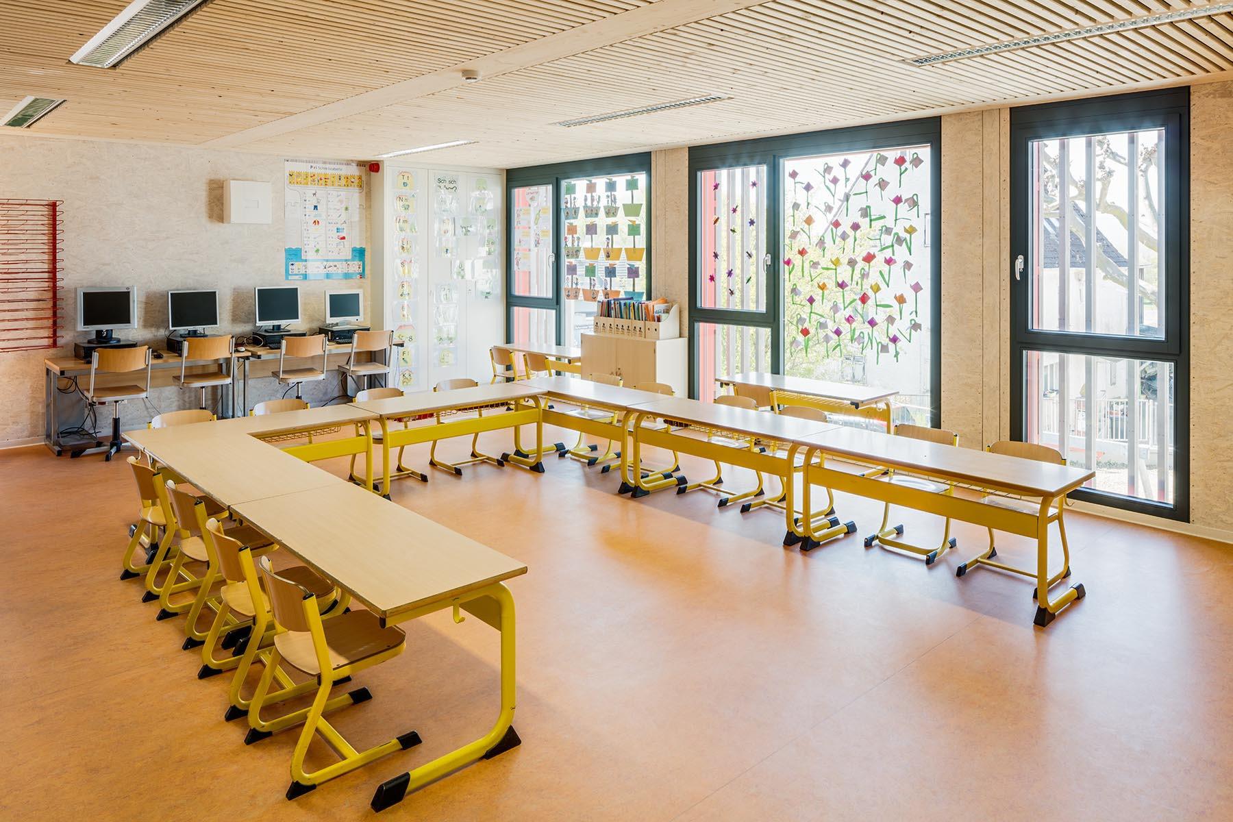 Ausgestattetes Klassenzimmer mit raumhohen Sprossenfensterelementen