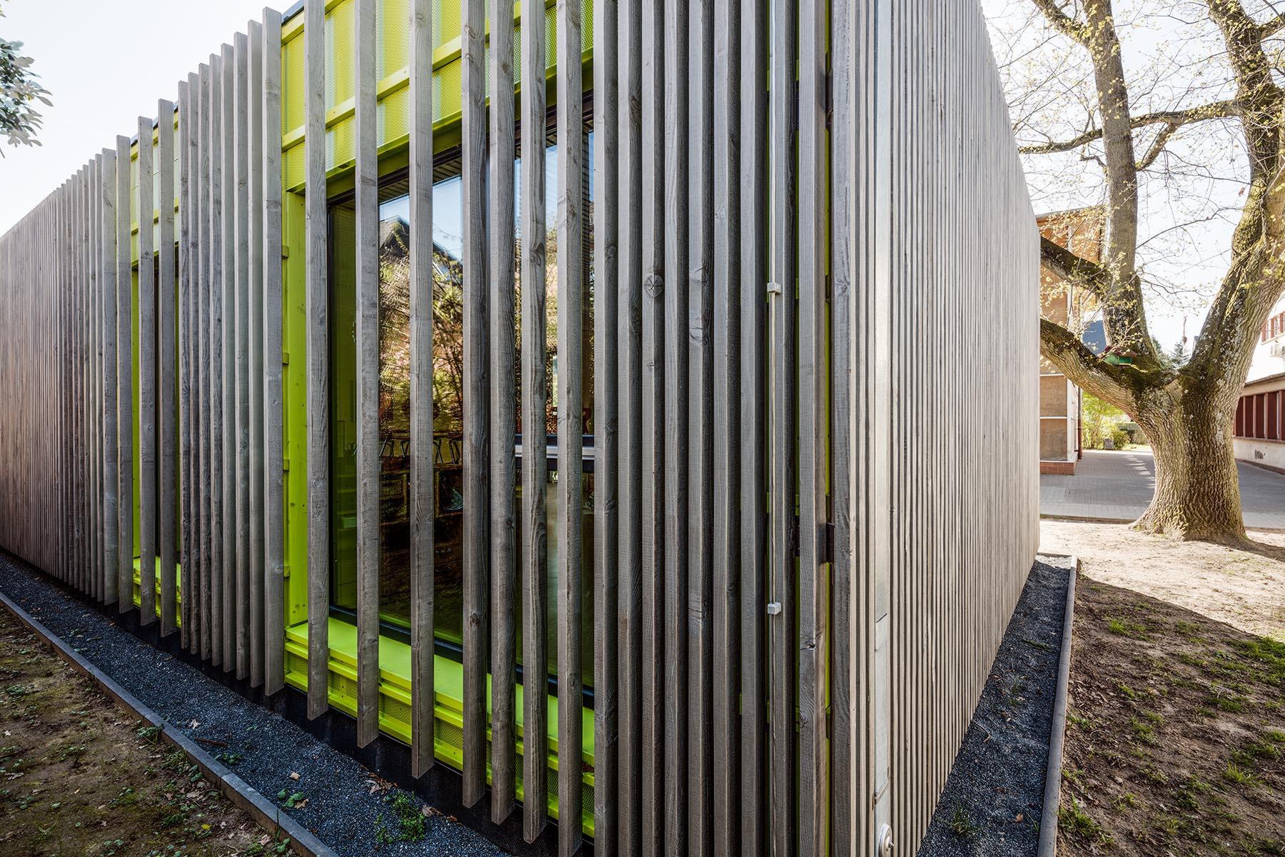 Holzfassade an Schulgebäude in modernem Stil