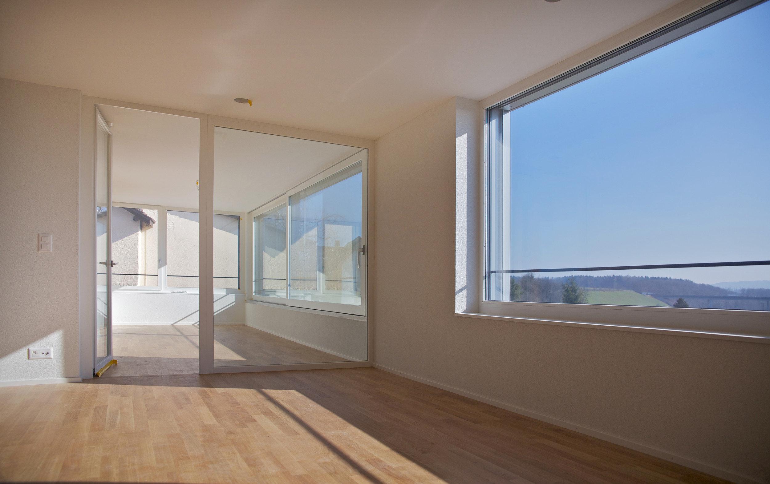 Wohnung mit Holz-Beton-Verbunddecken suprafloor und grossen Fenstern