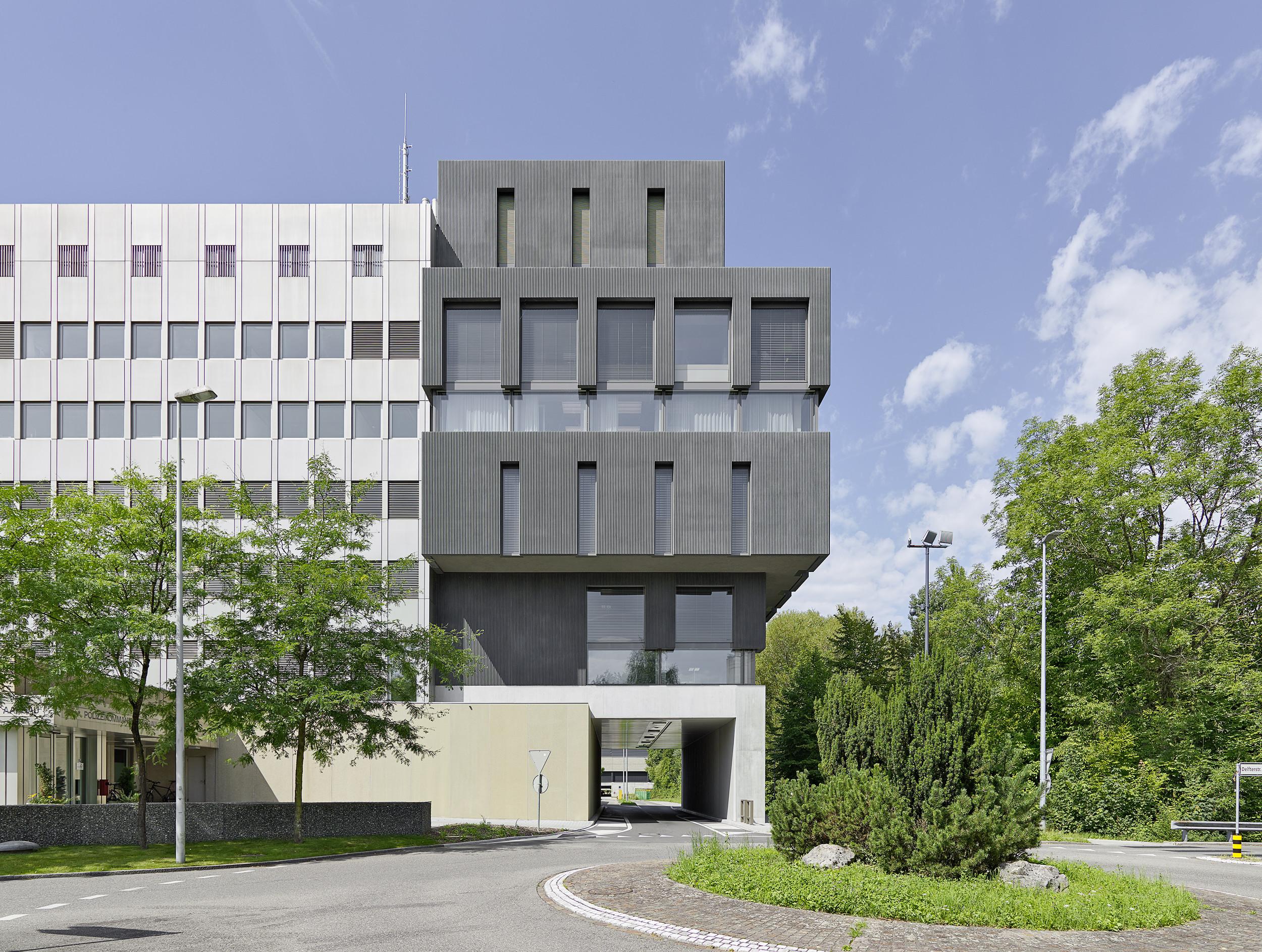 mehrgeschossiges Gebäude mit herausstehendem Blockteil in Zarge lackiert