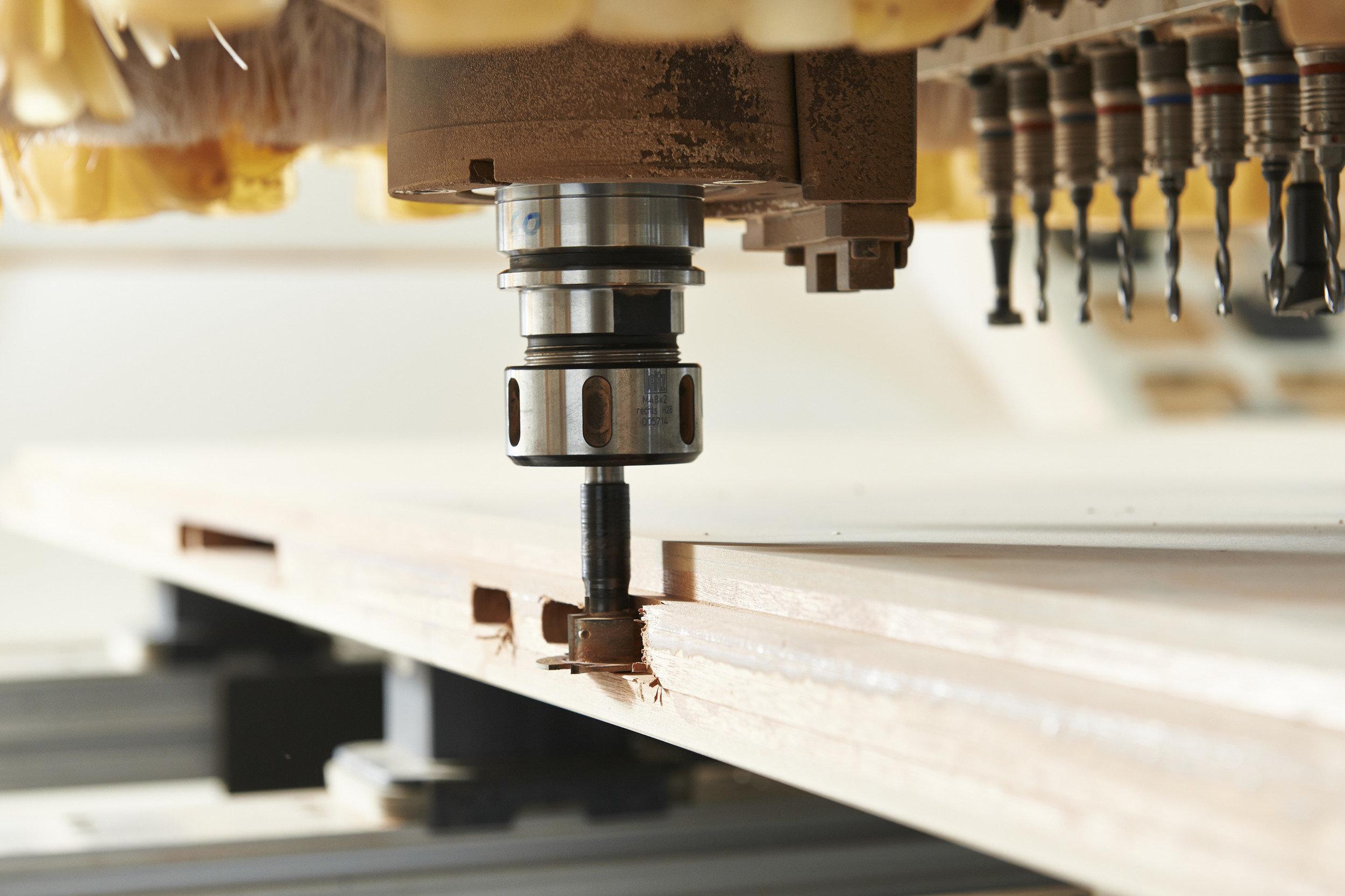 Brandschutztüren in Produktion in Bearbeitung einer Maschine