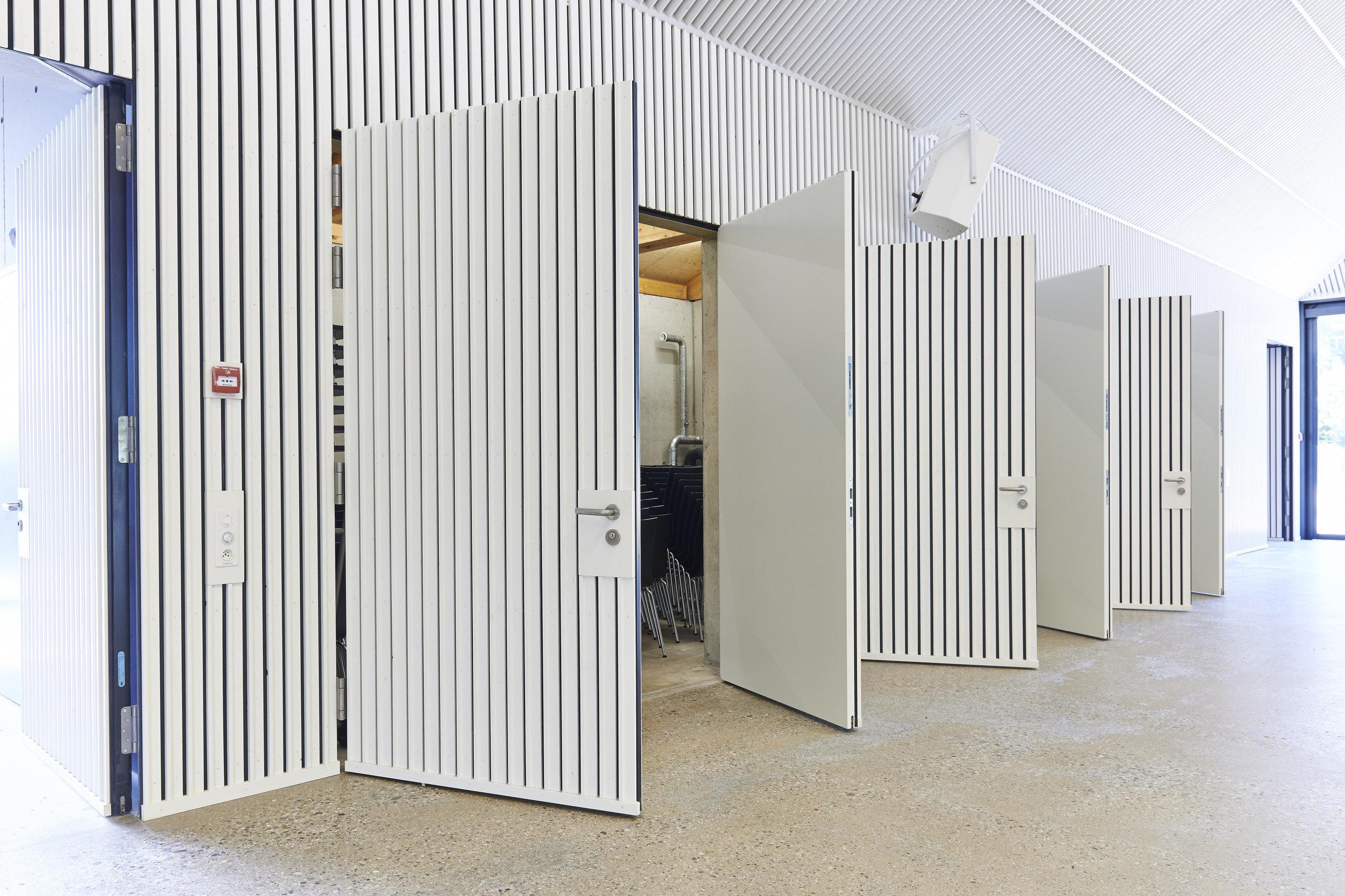3 weisse zweiflügelige Brandschutztüren geöffnet mit weissem Fugenbild