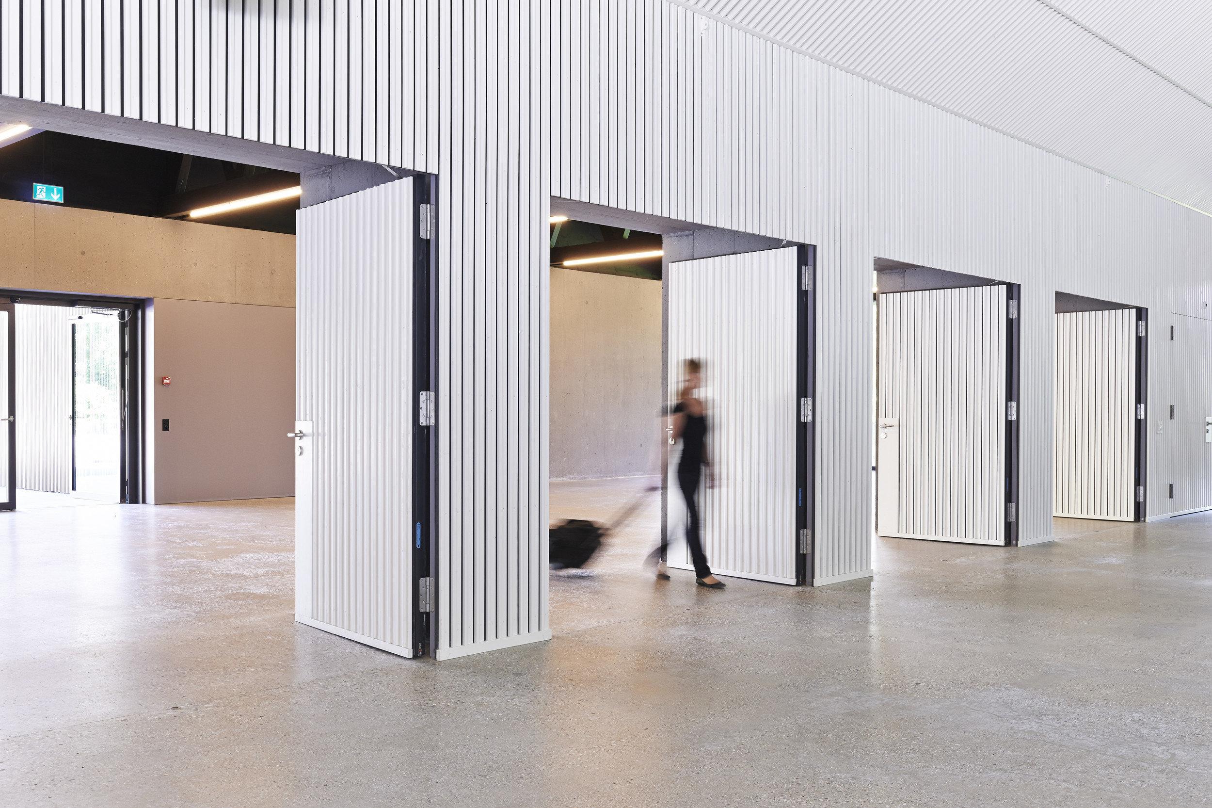 4 zweiflügelige weisse Brandschutztüren Richtung Ausgang geöffnet in hellem Design
