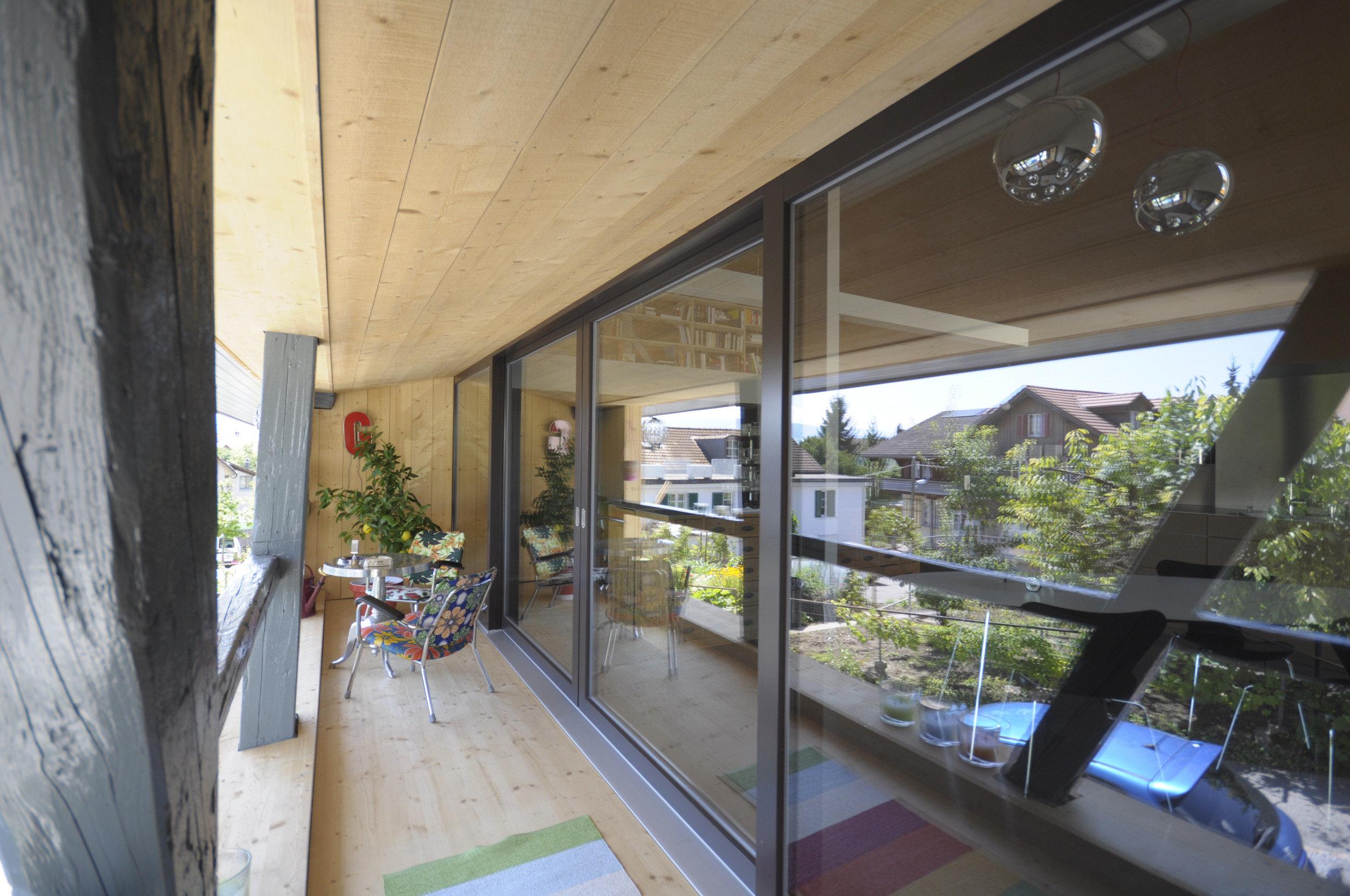 Terrassenbereich mit Fokus auf grosse Hebe-Schiebetüren die die Wand ersetzen