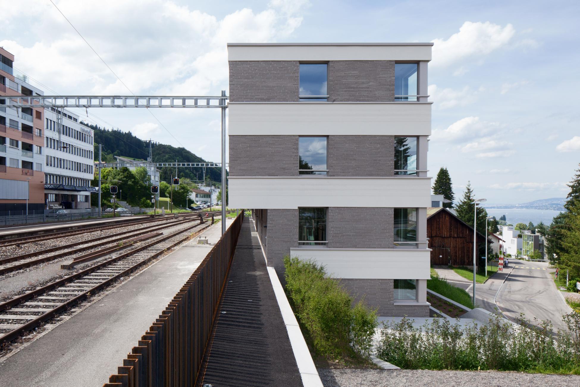 3-stöckiger viereckiger Wohnblock neben Bahngleisen mit erhöhter Schallschutzanforderung