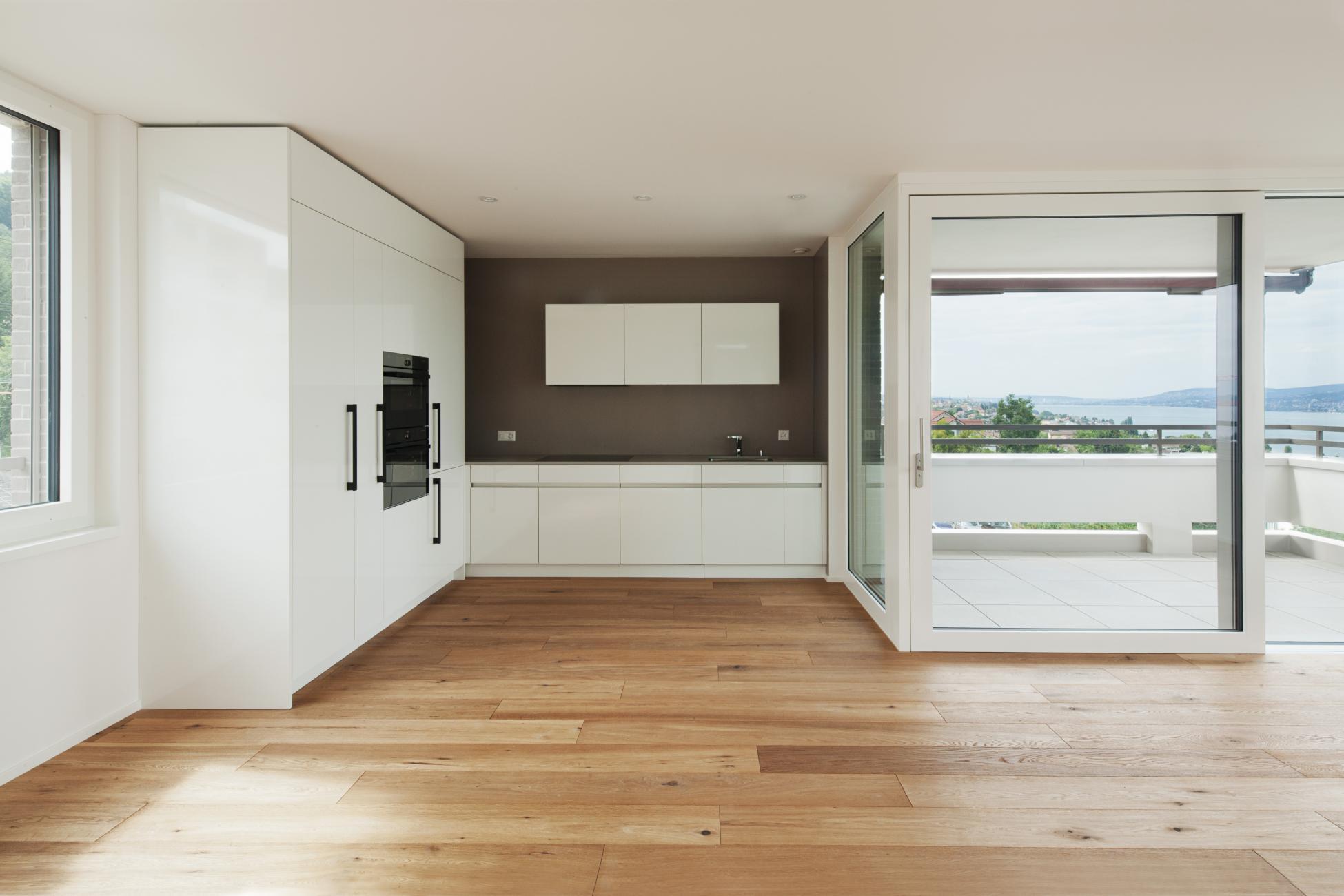 Küche in hellem und modernem Design mit grossen Hebe-Schiebeelementen
