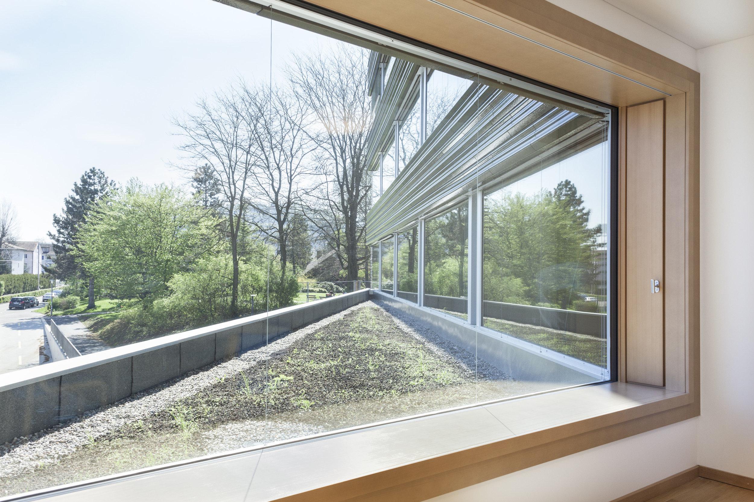 grosses lichtspendendes Einflügelfenster in Holz-Metall von innen