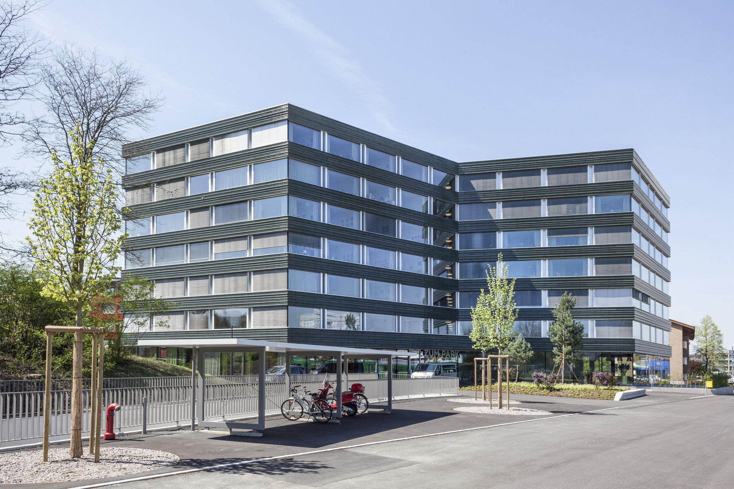 6-stöckiges Wohngebäude mit gleichmässig grossen Holz-Metallfenster