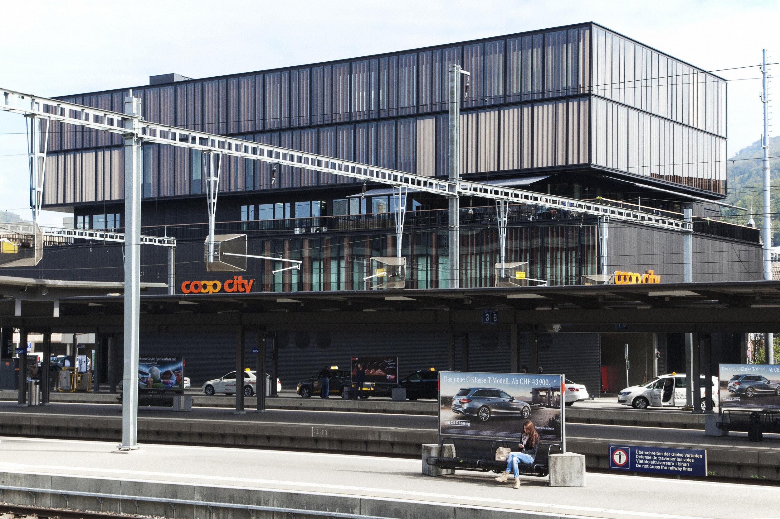 Holz-Metallfensterfront bei 4-stöckigem Warenhaus