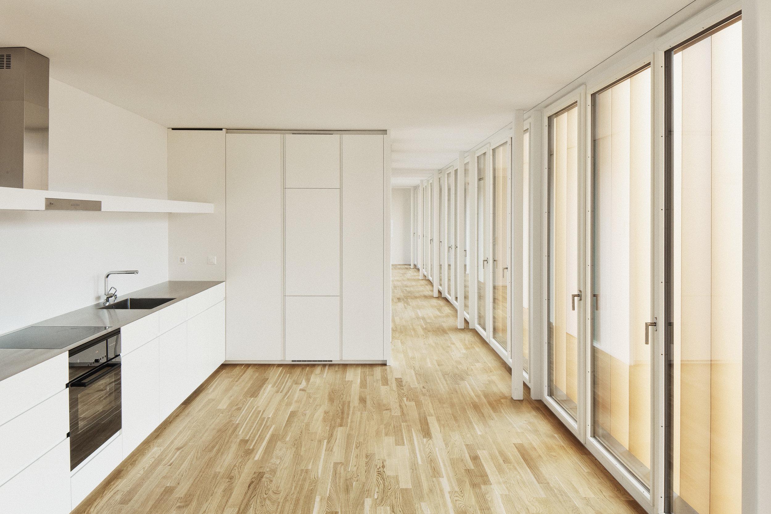 Lichtdurchflutete Küche durch grosse Einflügelfenster in Holz-Metall