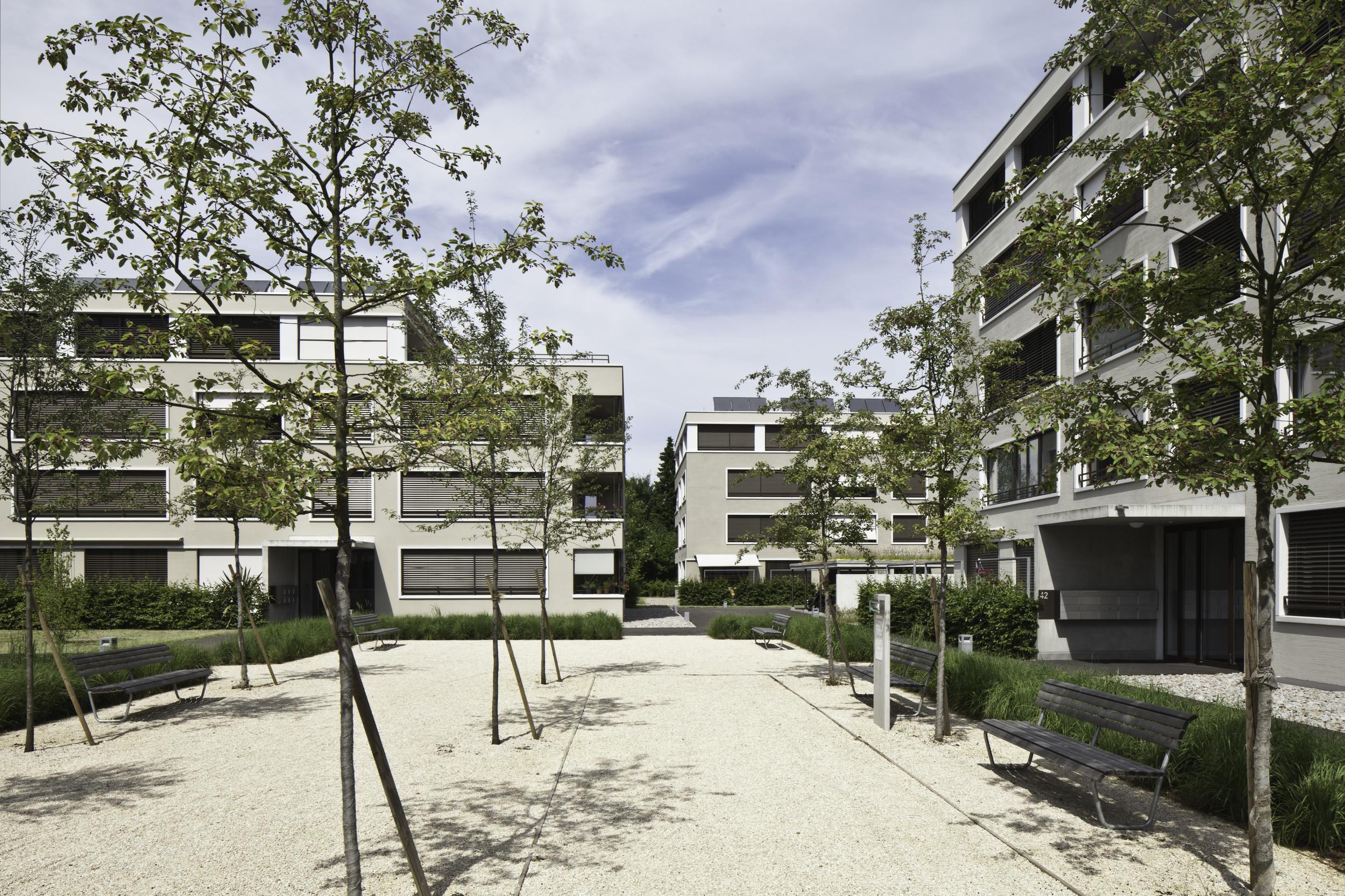 3 mehrgeschossige Gebäude gleicher Art mit gleichmässiger Anzahl Holz(-Metall)fenster