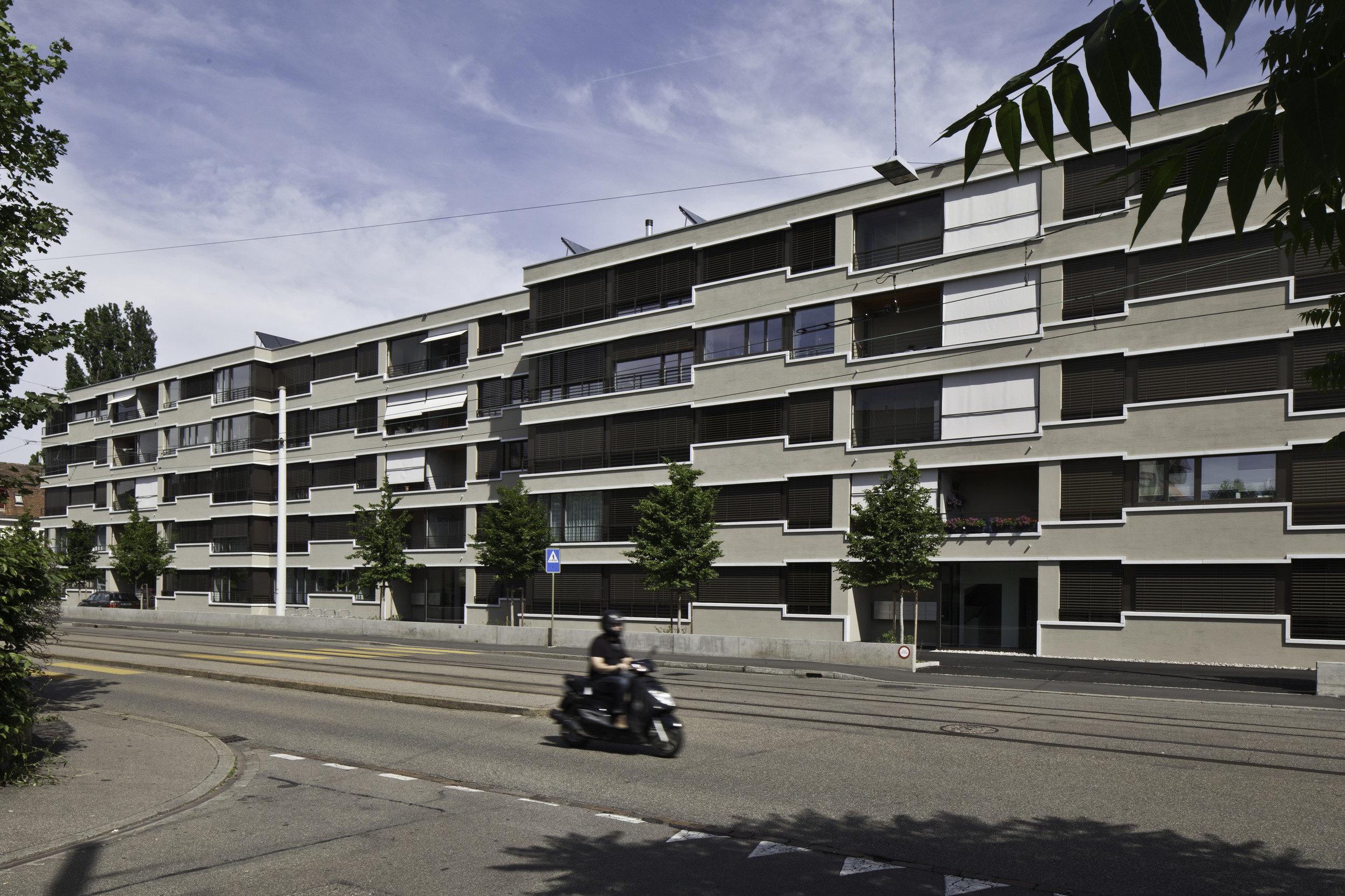 Langer 4-stöckiger Wohnblock mit Balkonverkleidungen in Douglasie natur