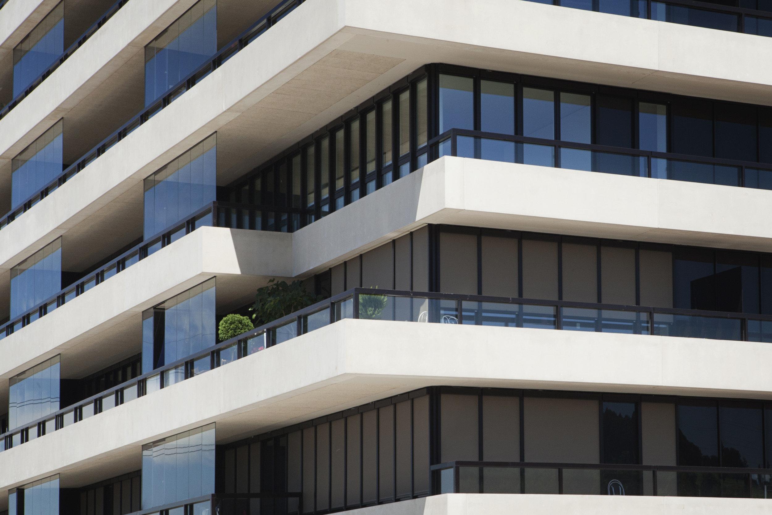 Eckansicht Hochhaus mit gleichmässiger Fensterfront und Fassade im Kontrast
