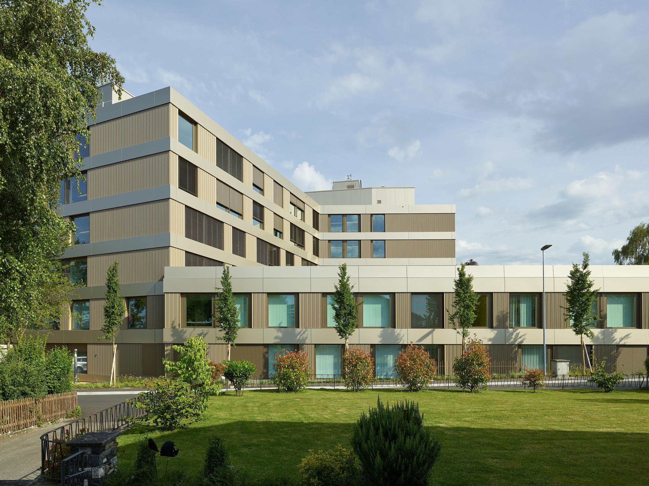 Spital zusammengesetzt aus unterschiedlich grossen 4-eckigen Gebäuden
