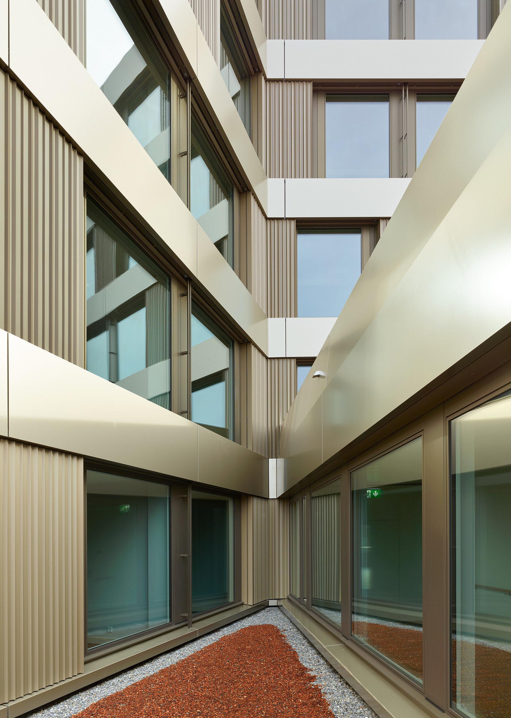 Holz-Metallfenster als Unterfunktion der Fassade