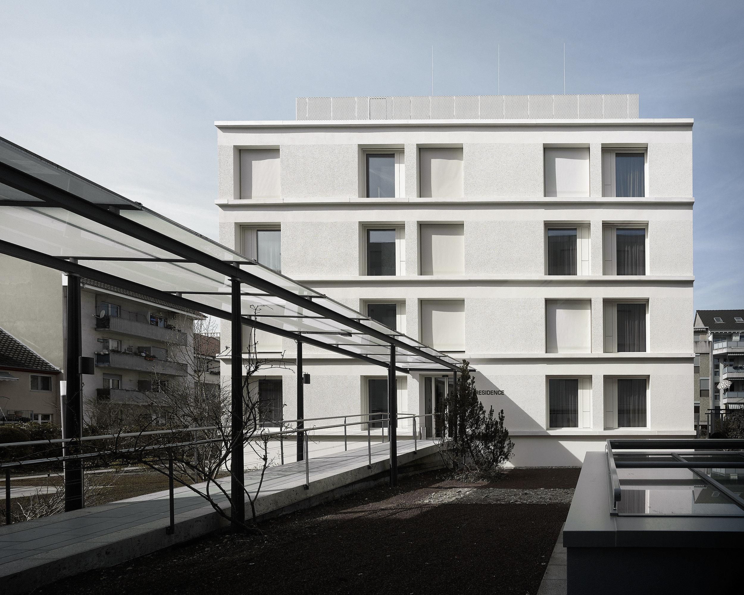 Gleich grosse Einflügelfenster in Holz-Metall mit Sonnenschutz