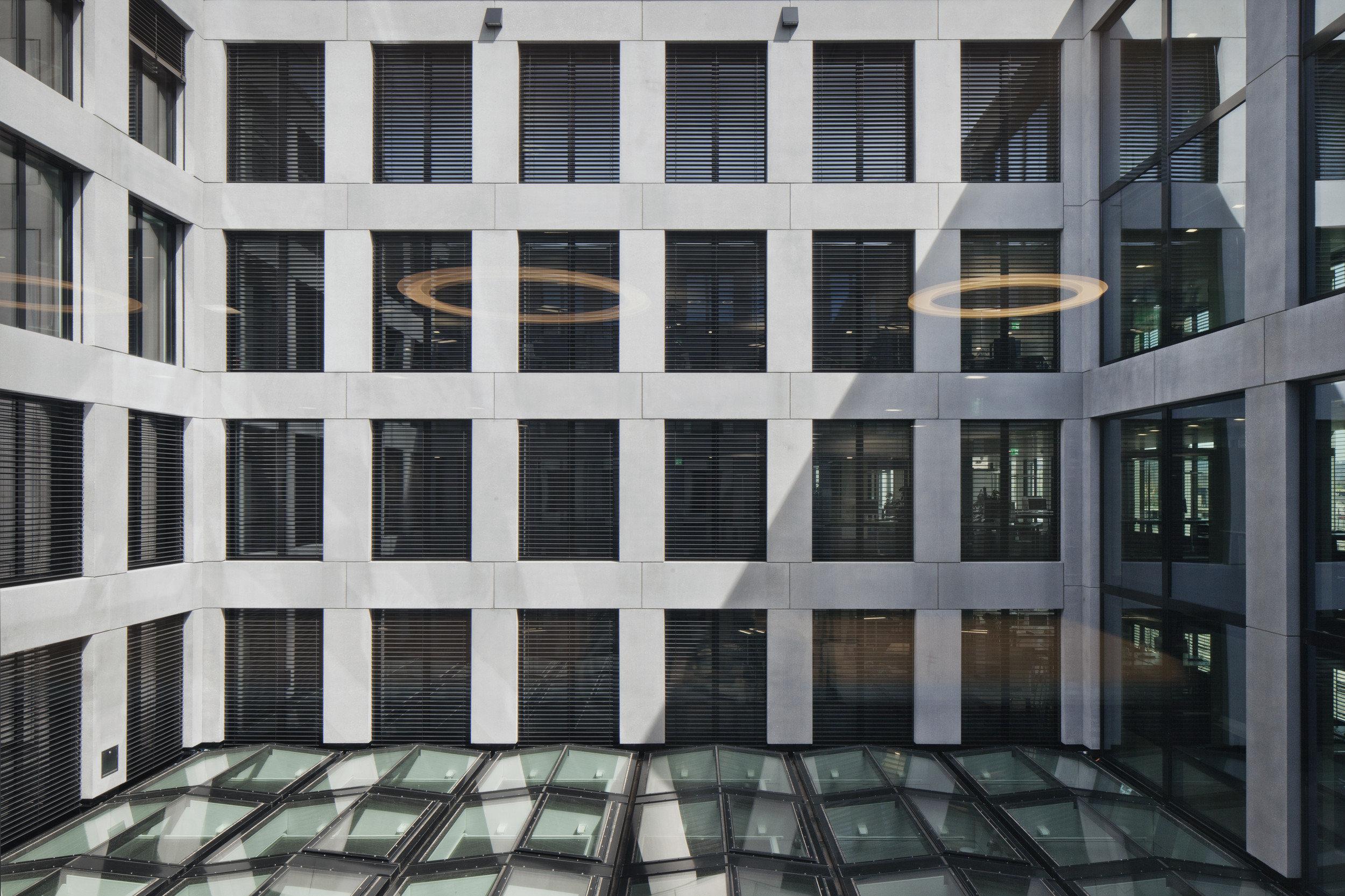 Innenhof Bürogebäude mit grosszügiger Fensteranordnungsfläche