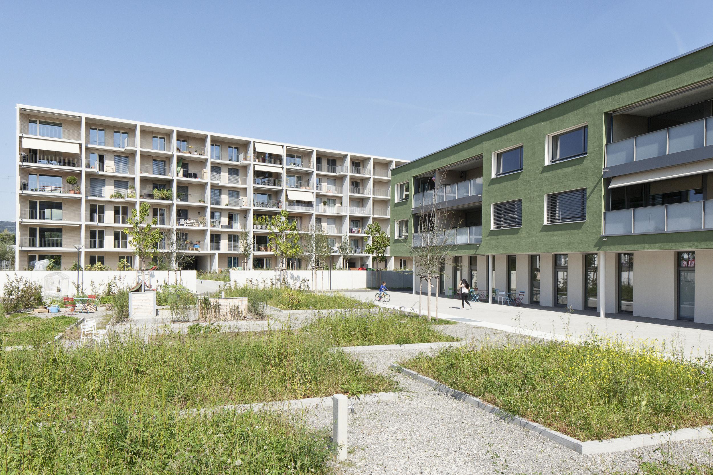 2 verschiedene Wohngebäude mit Holz-Metallfenster