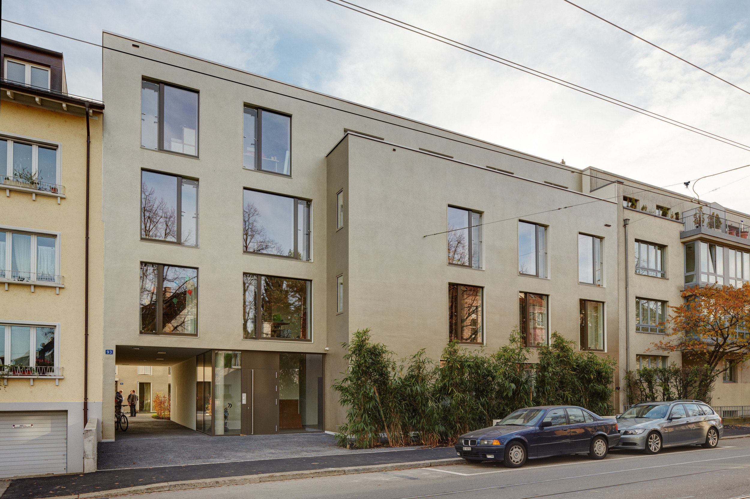 Eingang zu 4-stöckigem Beton-Wohnblock mit grossen Schallschutzfenstern