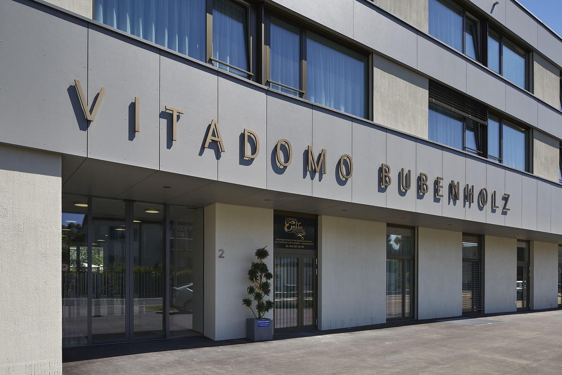 Eingang Seniorenzentrumsgebäude mit grossen Holz-Metallfenstern