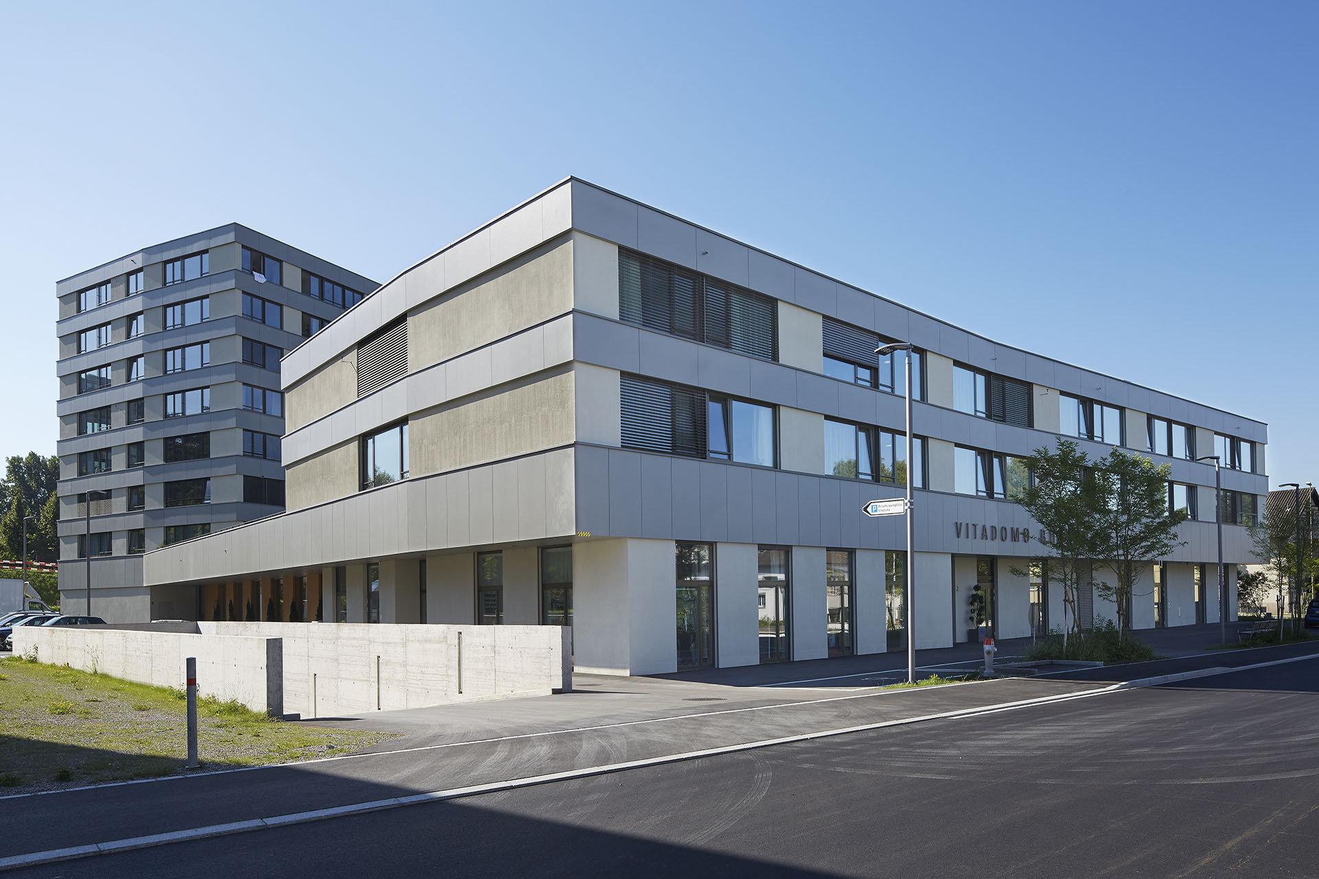 viereckiges mehrstöckiges Gebäude mit grosszügiger Fassade