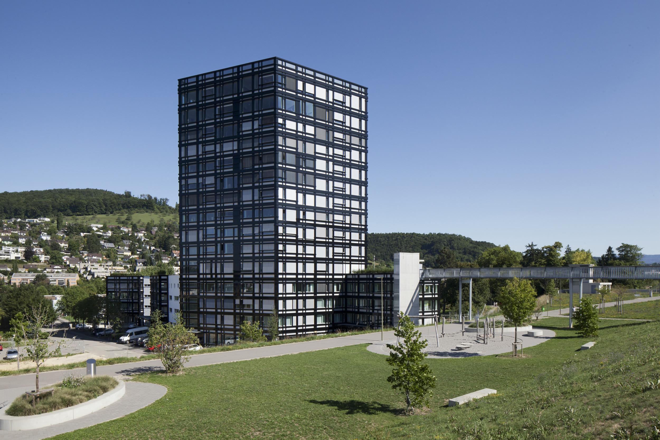 mehrgeschossiges Gebäude mit grosszügiger Fensteranzahl und schwarzer Fassade