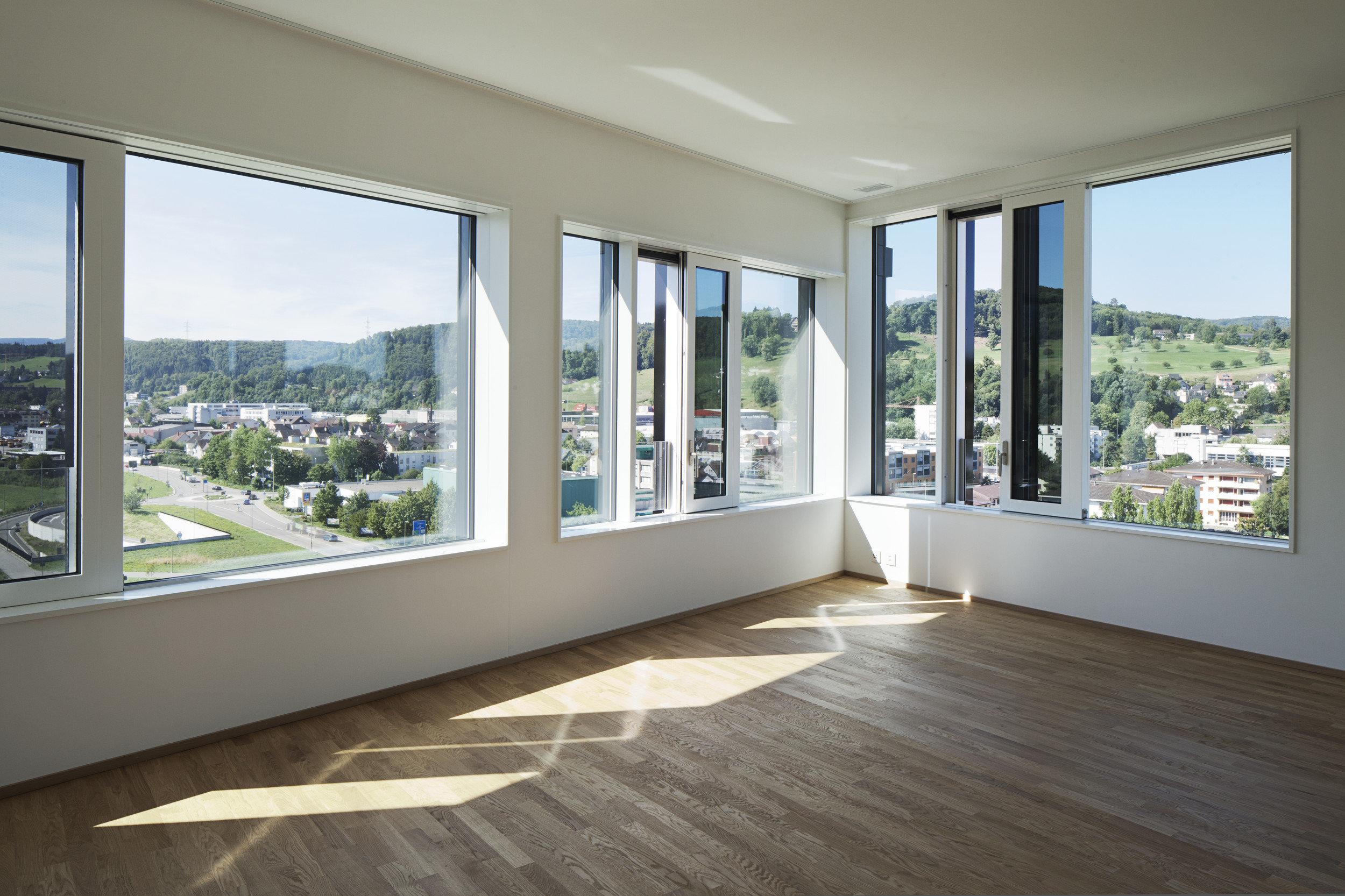 grosse lichtspendende Holz-Metall-Schiebefenster von innen im Neubau