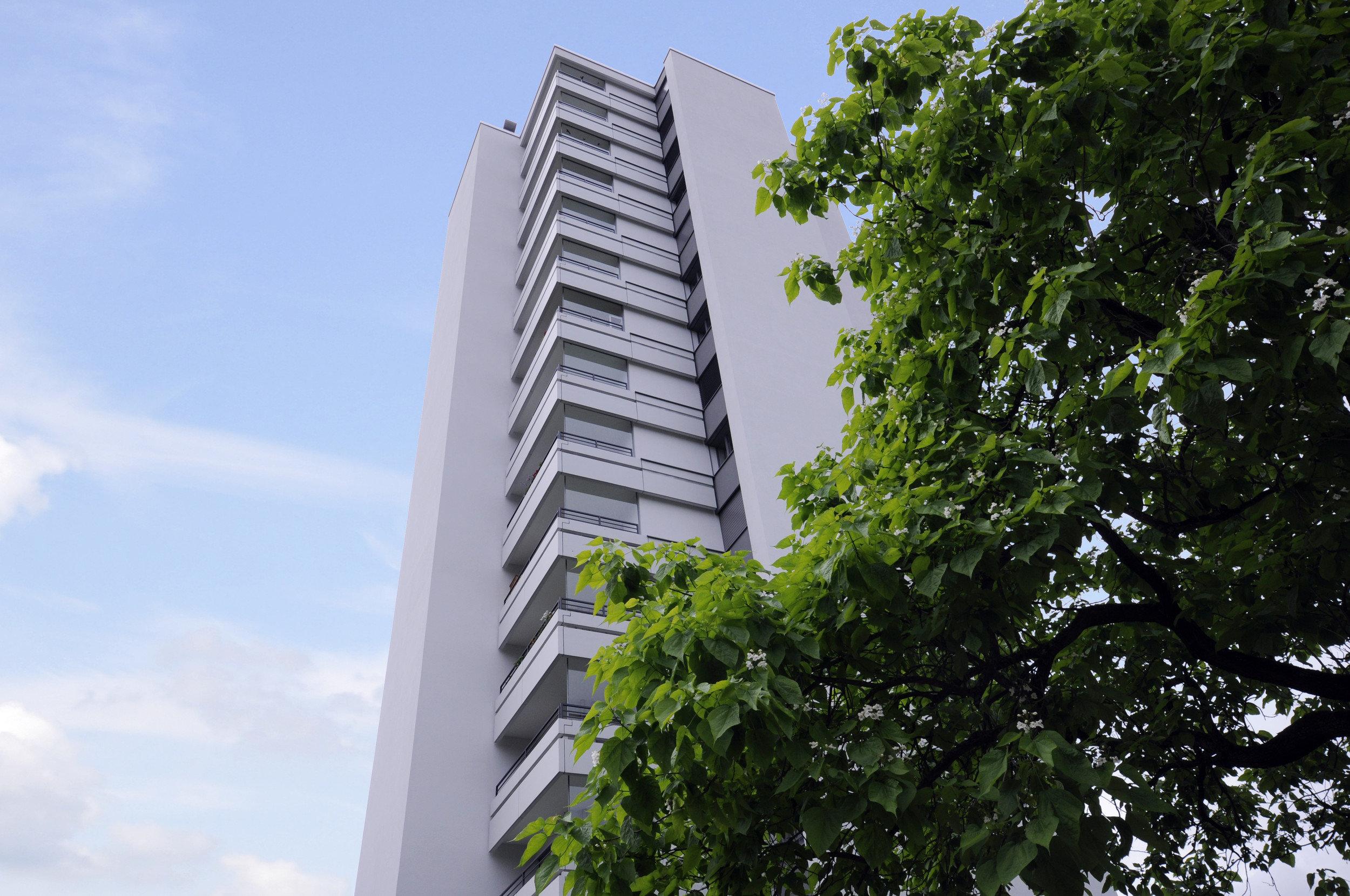 Hochhaus mit herausstehenden Balkonen auf jedem Stockwerk