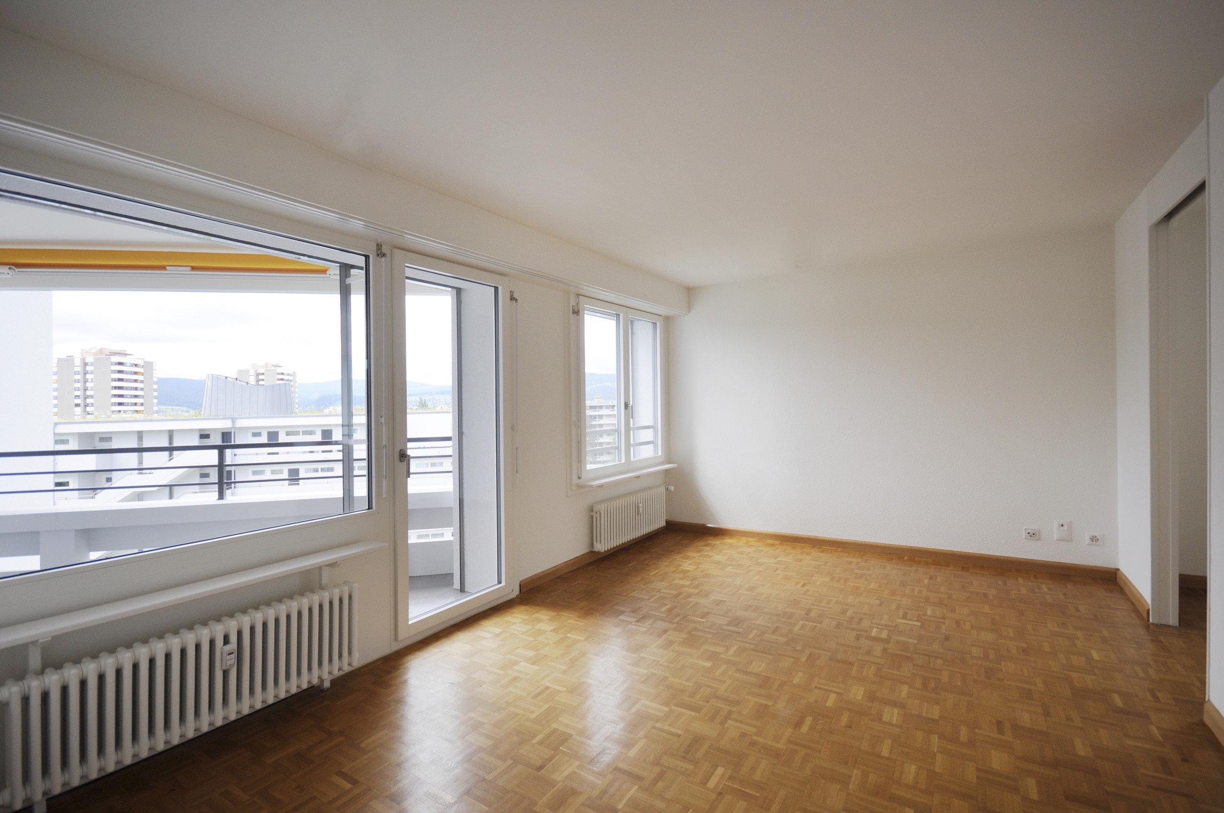 Lichtdurchfluteter Raum durch grosse Fenster und Türen