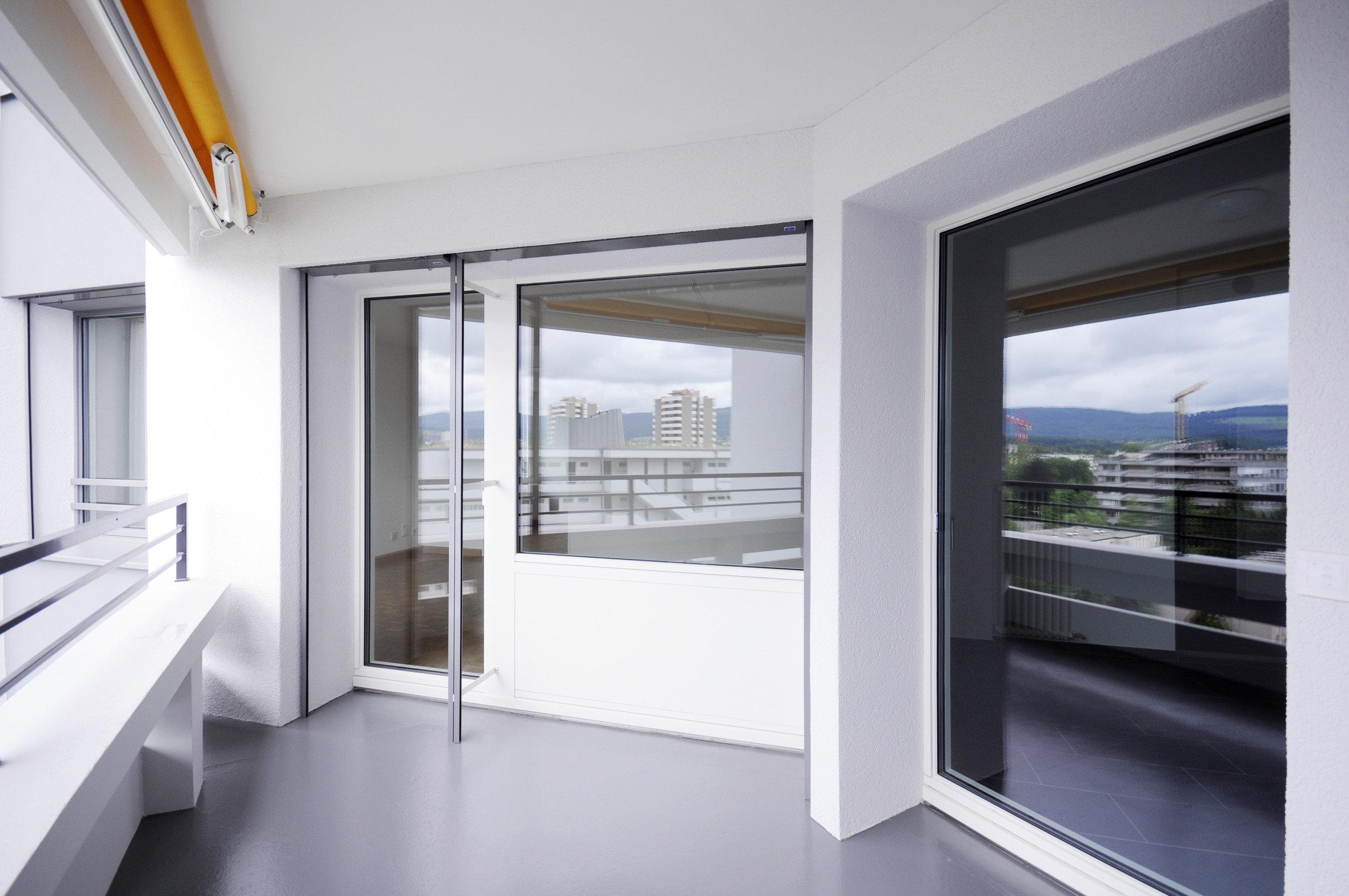 Balkon mit Absturzsicherung und Fenster in Holz-Metall