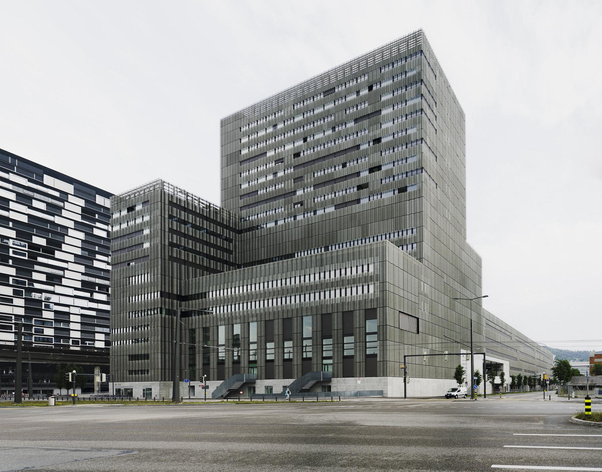 Mehrgeschossiges Gebäude aus Stahlkonstruktion aus unterschiedlich grossen Teilen zusammengesetzt