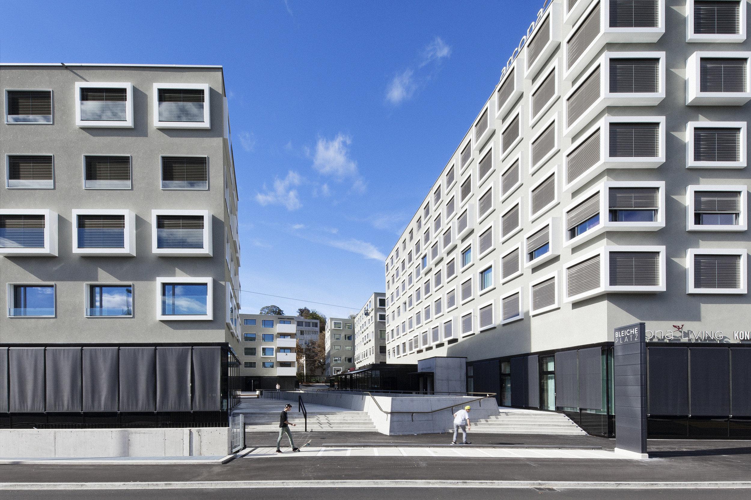 Wohnhausareal mit Gebäuden im selben Stil gleichmässig gebaut