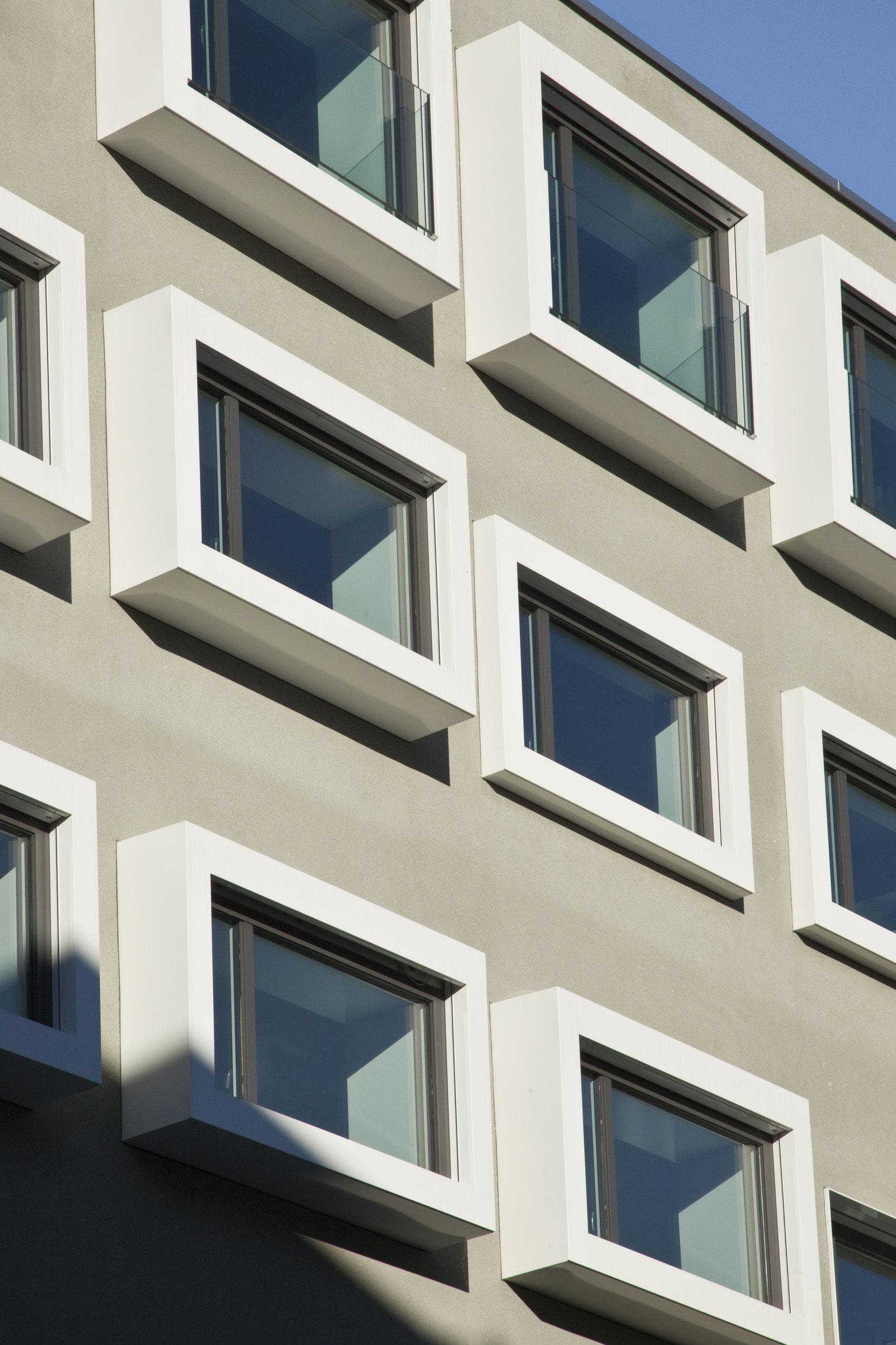Vorgehängte Fensterelemente im Kastenelement versch. Grössen