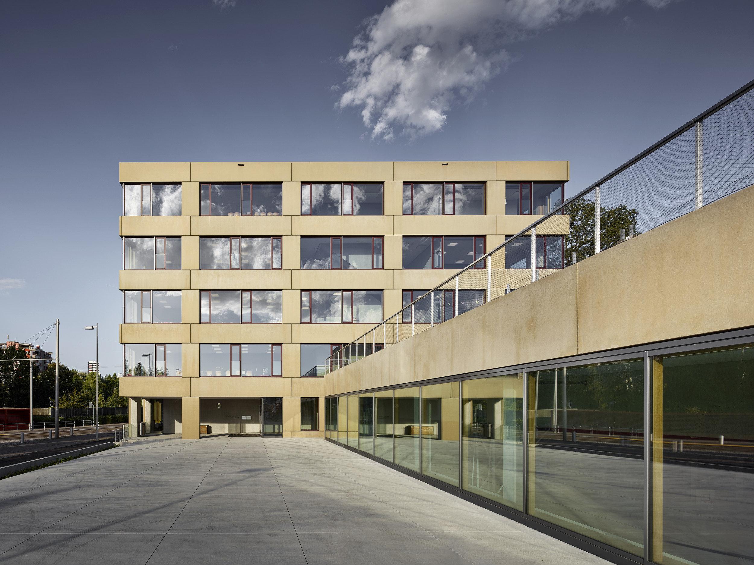 mehrstöckiges Schulhaus mit gleichmässiger Fensterplatzierung
