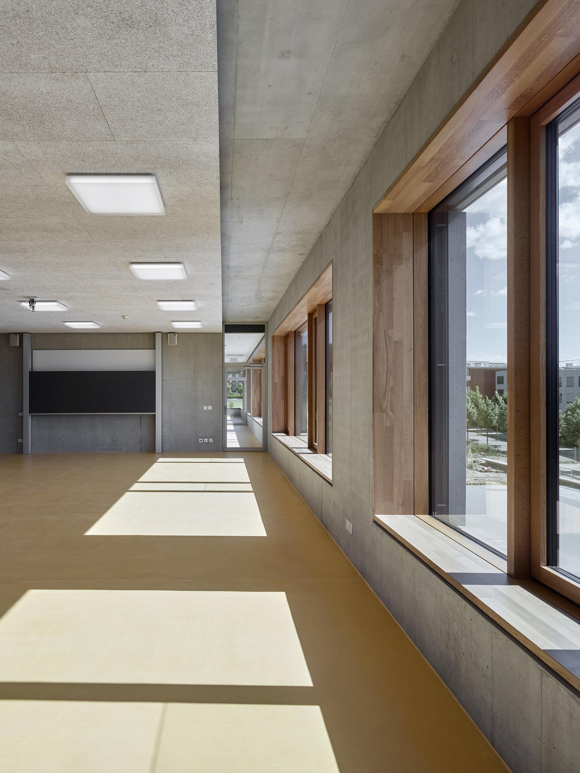 Fenster mit Rafflamellenstoren und innerer Leibung aus Eiche
