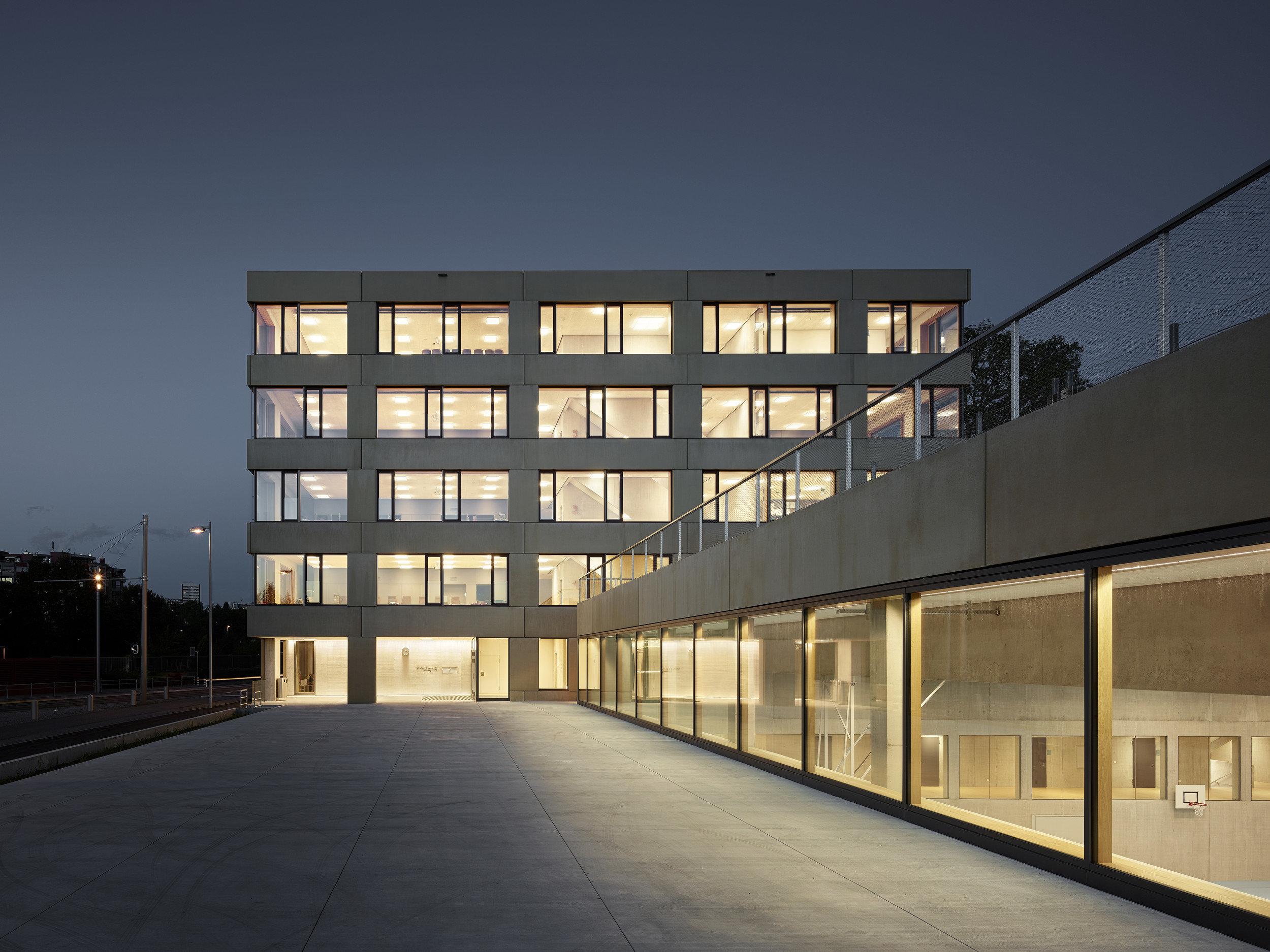 Schulgebäude mit Pfosten-Riegelelementen komplett verglast