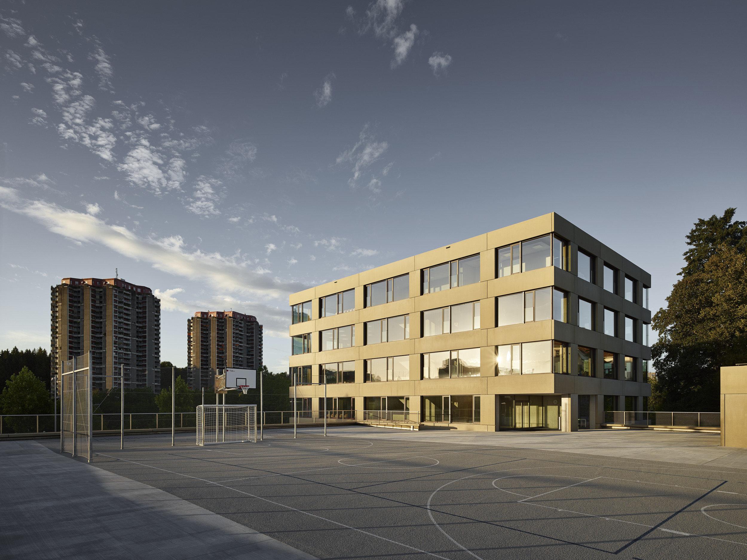 Schulgebäude auf allen Seiten mit gleichen Fenstern und Fassade