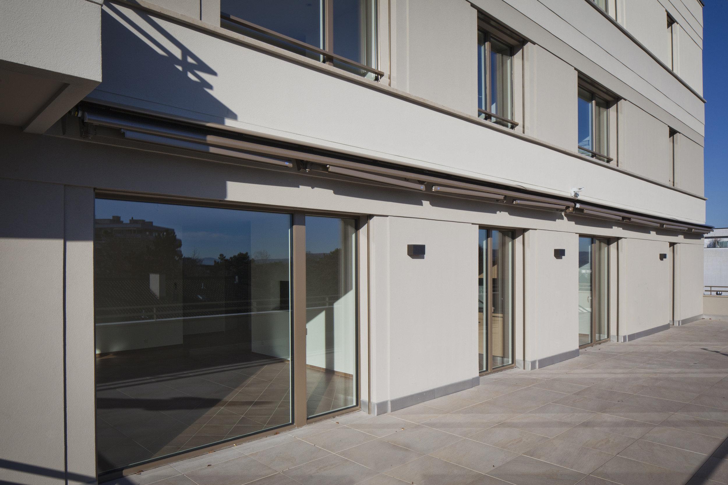 Raumhohe Fenster und grosse Türen in Holz-Metall