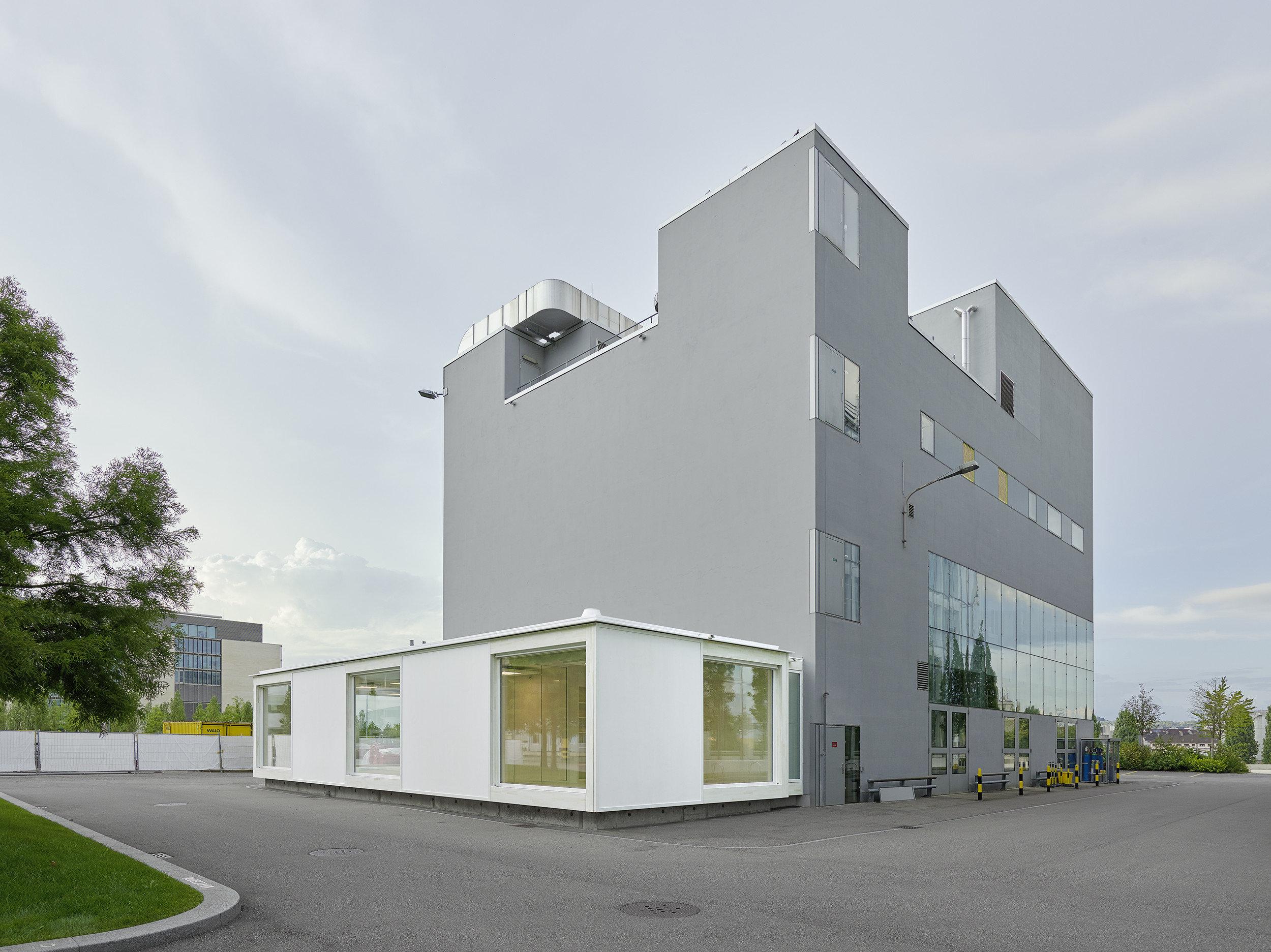 1-geschossiger Büro-Modulbau als Raumerweiterung an bestehendes mehrgeschossiges Industriegebäude